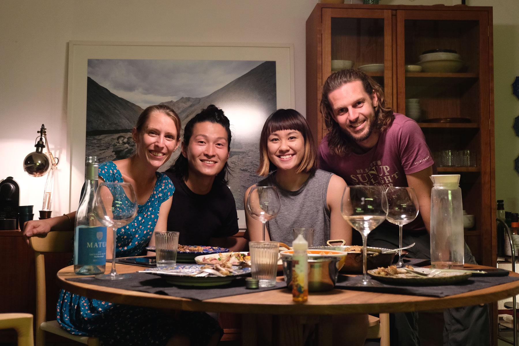 Leo und Sebastian beim Abendessen mit zwei Singapurern.