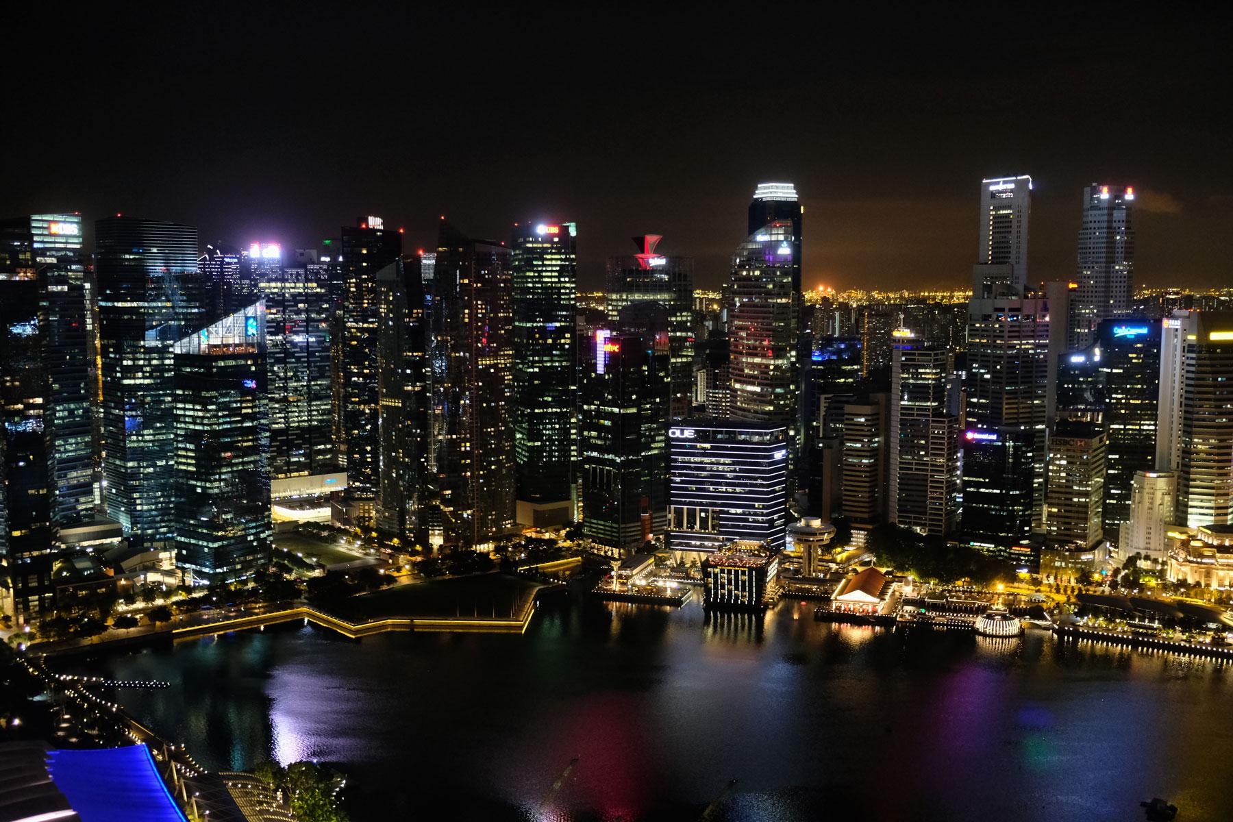 Singapur Downtown bei Nacht.