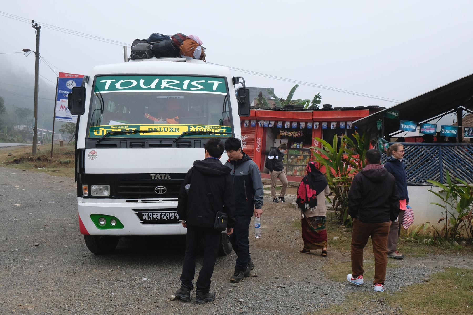 Touristenbus an einer Raststätte in Nepal.
