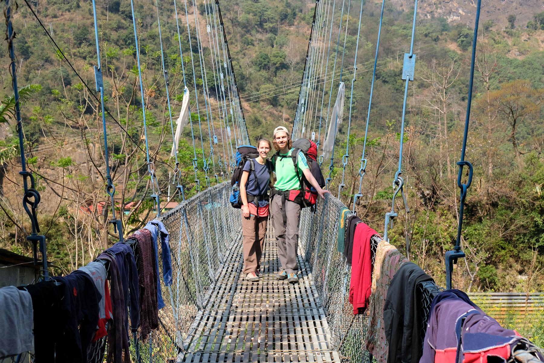 Leo und Sebastian auf einer Hängebrücke des Annapurna Circuit.