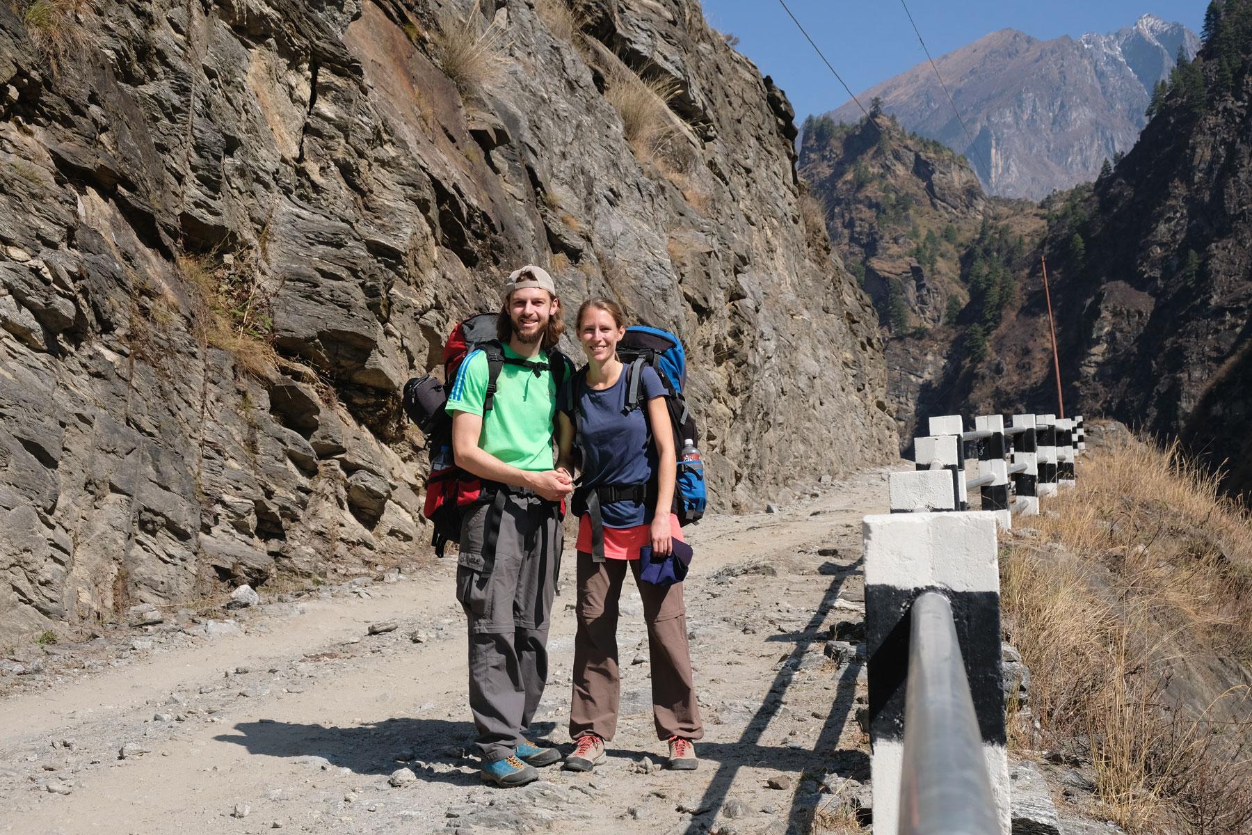 Sebastian und Leo auf einer Straße des Annapurna Circuits.