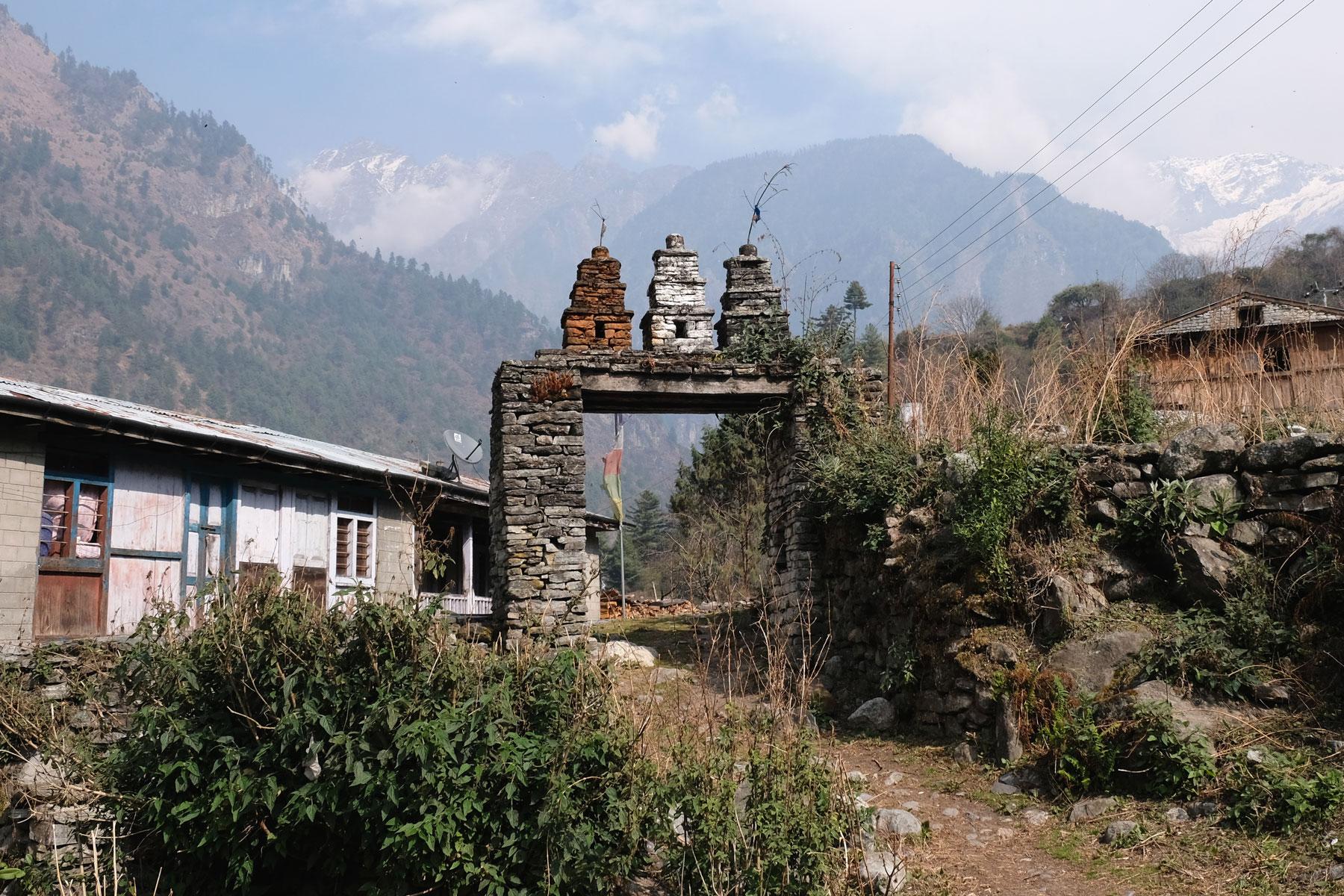 Ein Steintor und ein Pfad auf dem Annapurna Circuit.