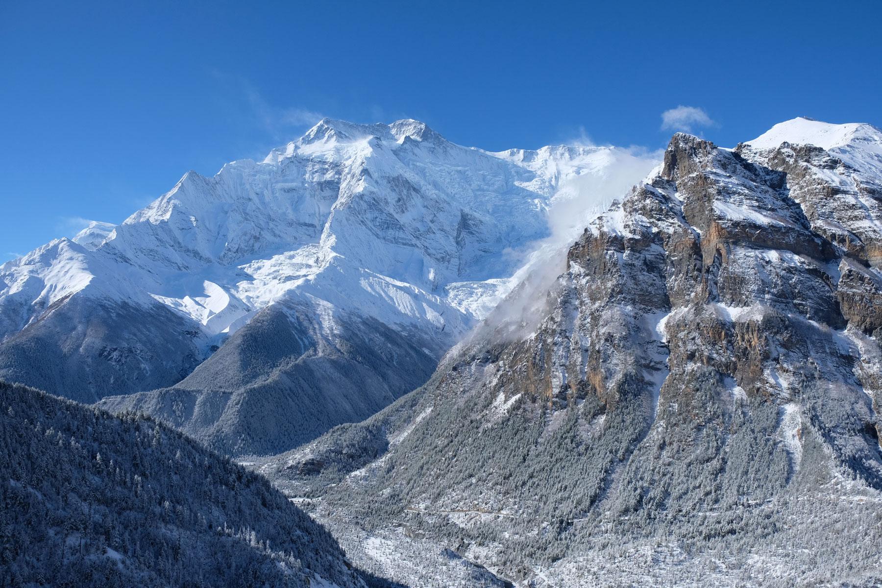 Schneebedeckte Berge im Annapurnagebirge.