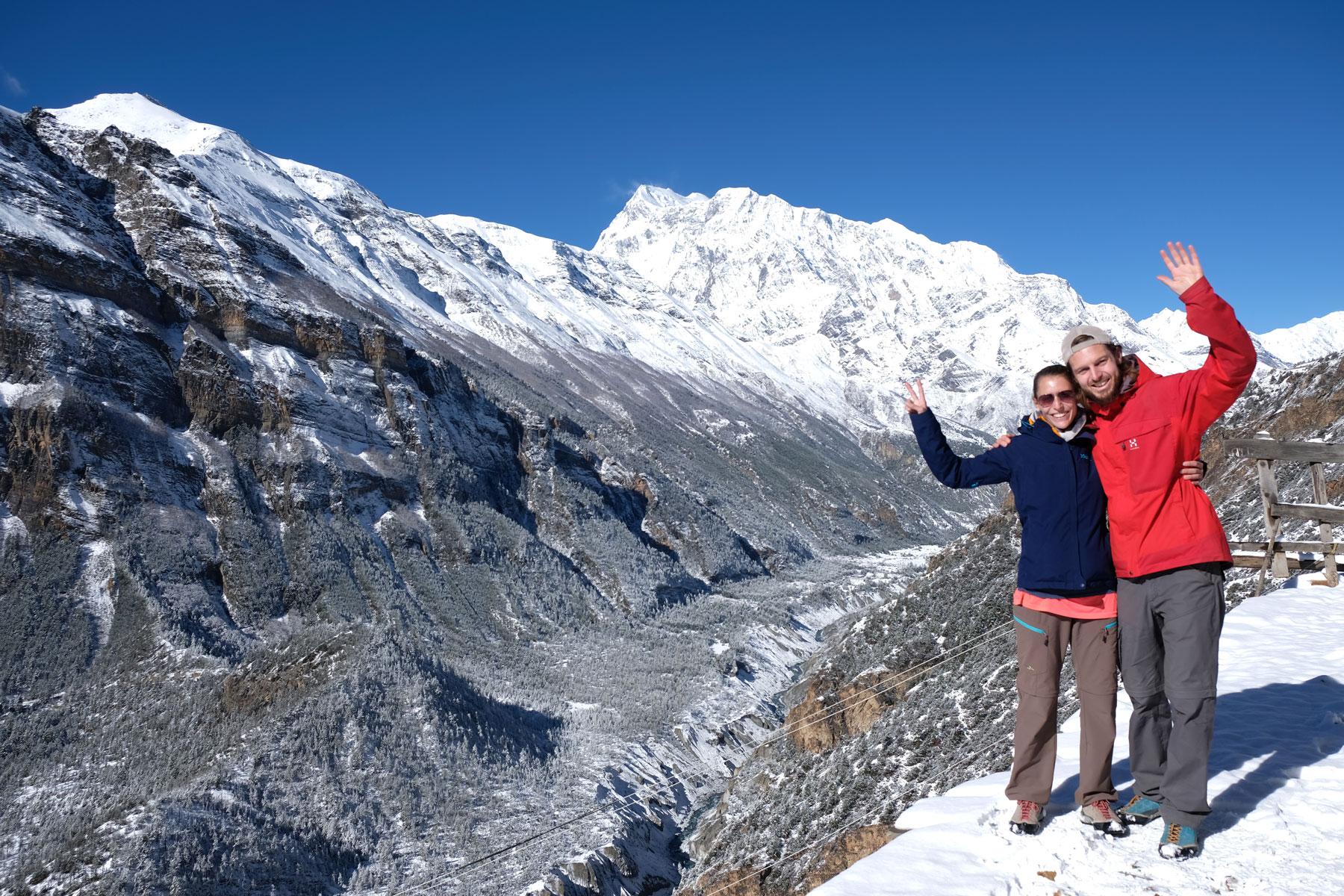 Leo uns Sebastian vor den verschneiten Bergen des Annapurna-Gebirges.