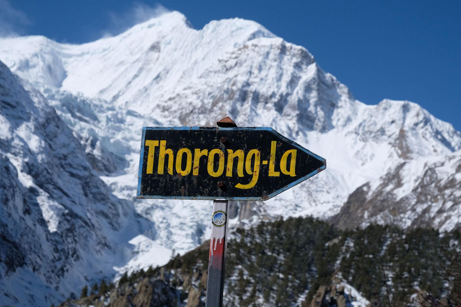 Ein Wegweise, der den Weg zum Thorong-La Pass weist.