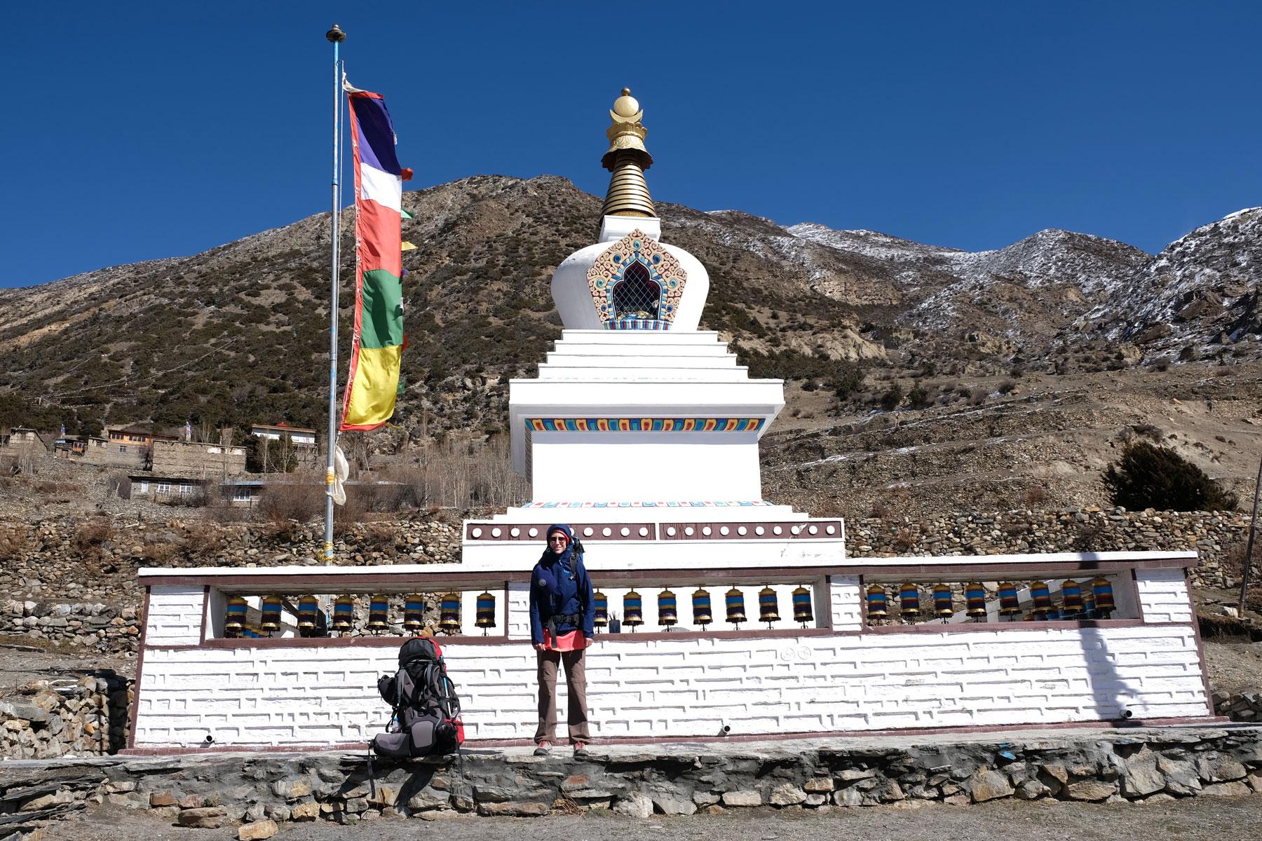 Leo vor einer buddhistischen Stupa auf dem Annapurna Circuit.
