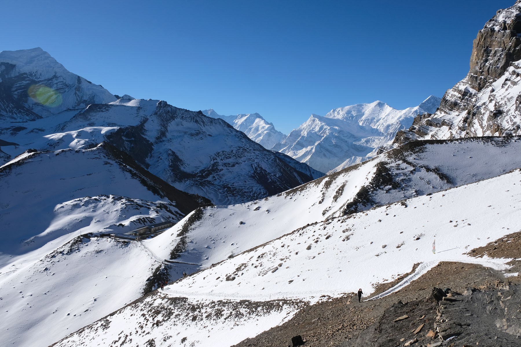 Das High Camp des Annapurna Circuit inmitten schneebedeckter Berge.