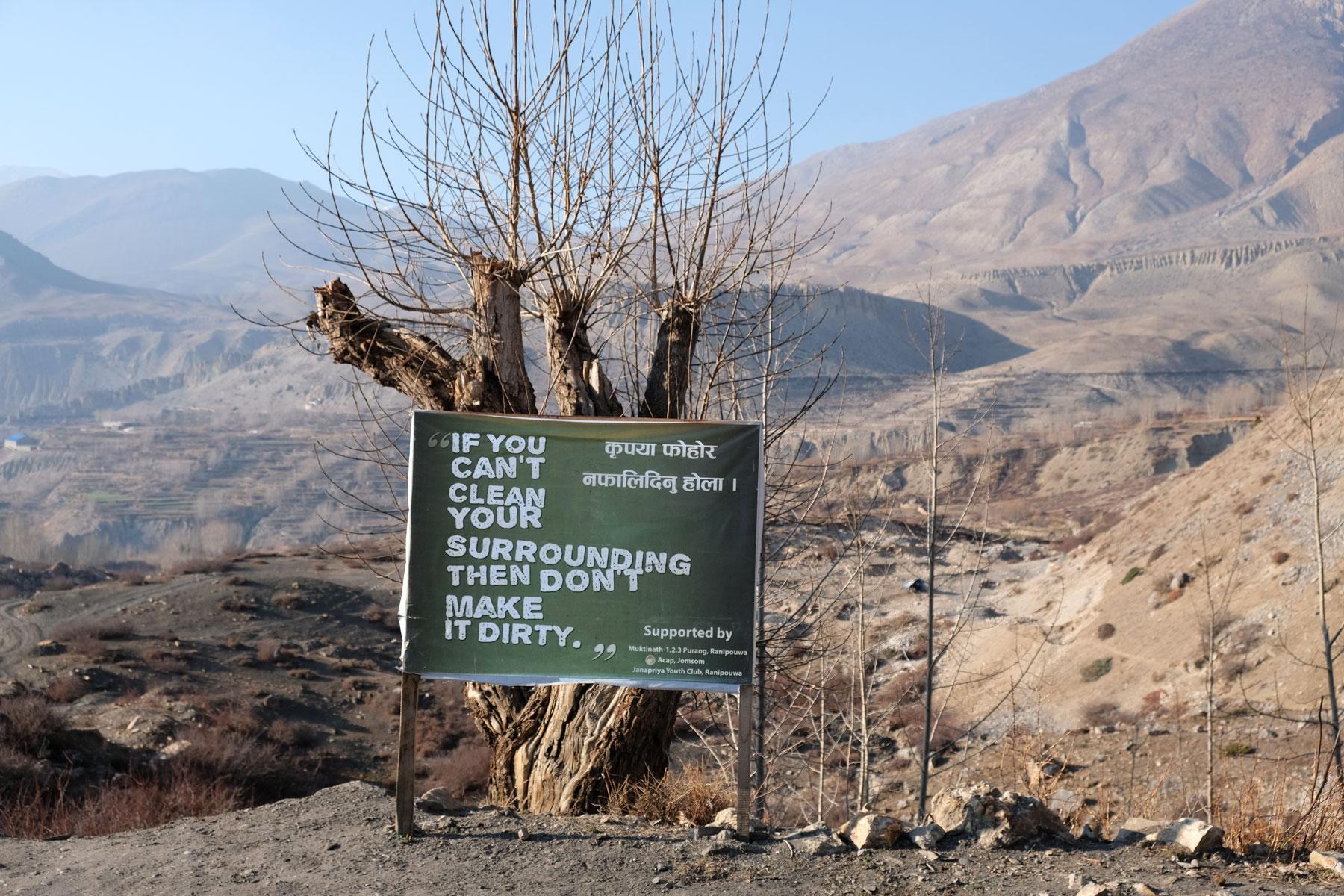 Ein Hinweisschild, das dazu auffordert, die Umgebung nicht zu verschmutzen, wenn man sie nicht säubern kann.