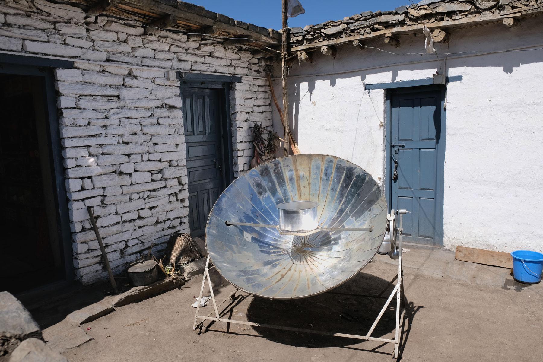 Ein Solarkocher auf dem ein Topf steht.