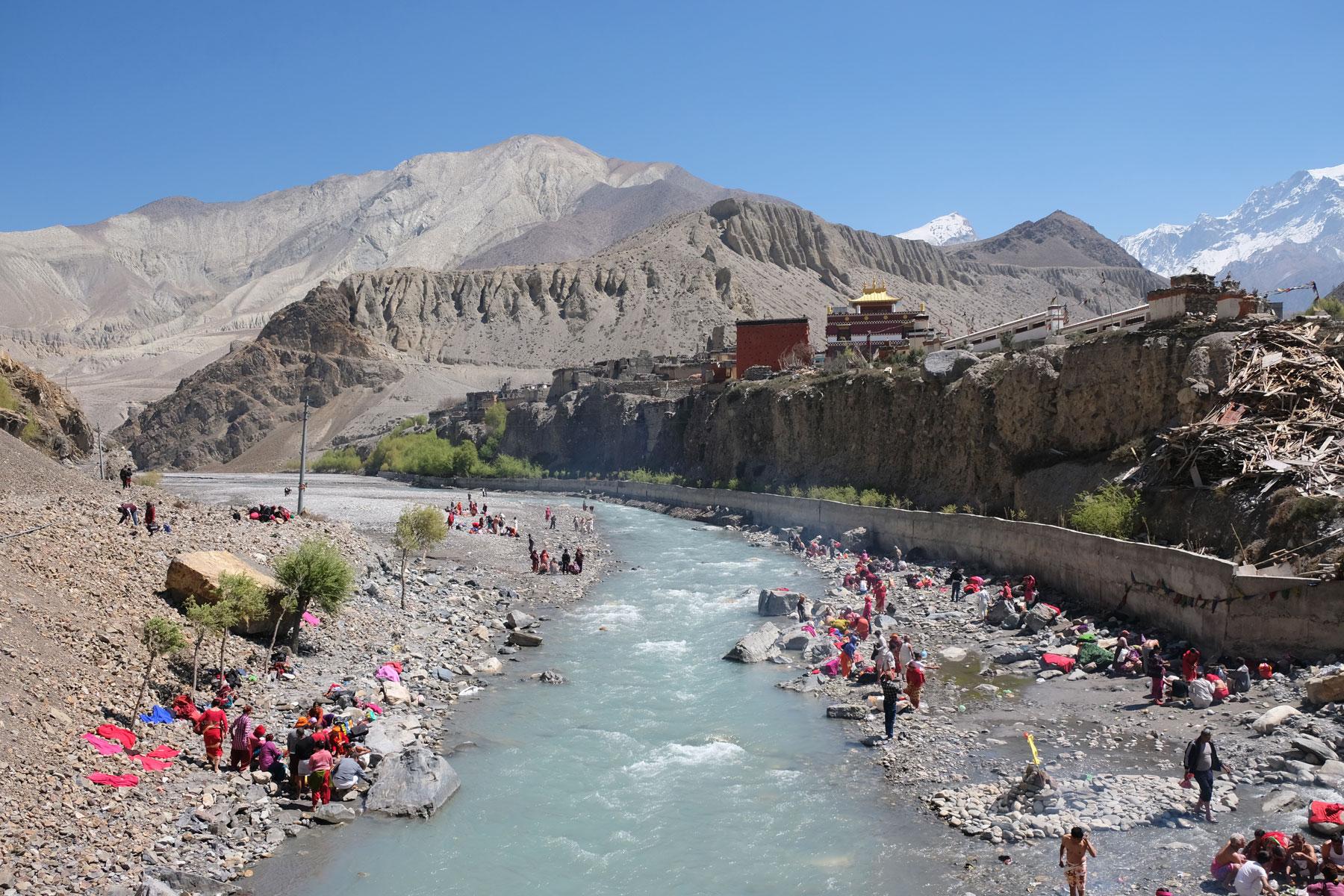 Menschen baden bei Kagbeni im Kali Gandaki Fluss.