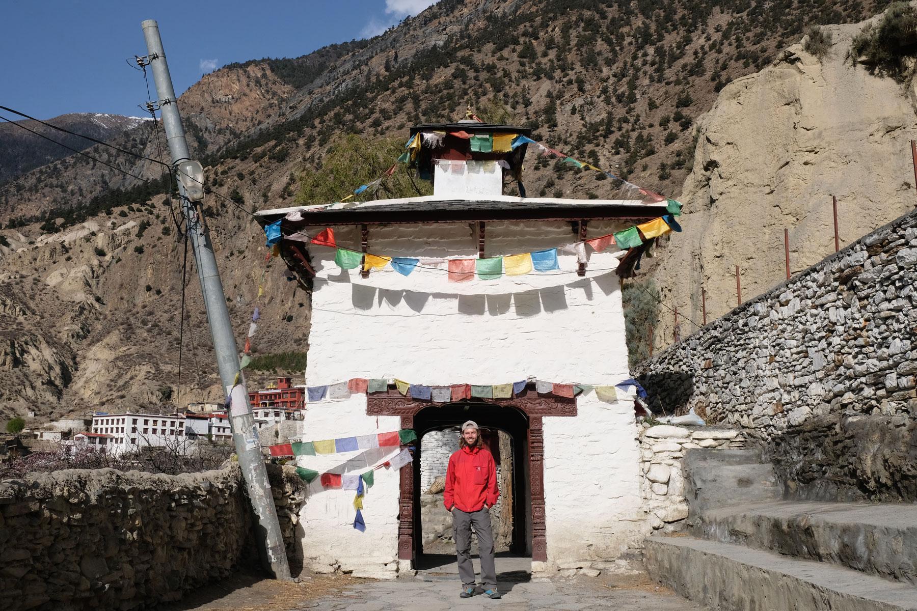 Sebastian vor dem Eingangstor des Dorfs Marpha auf dem Annapurna Circuit.