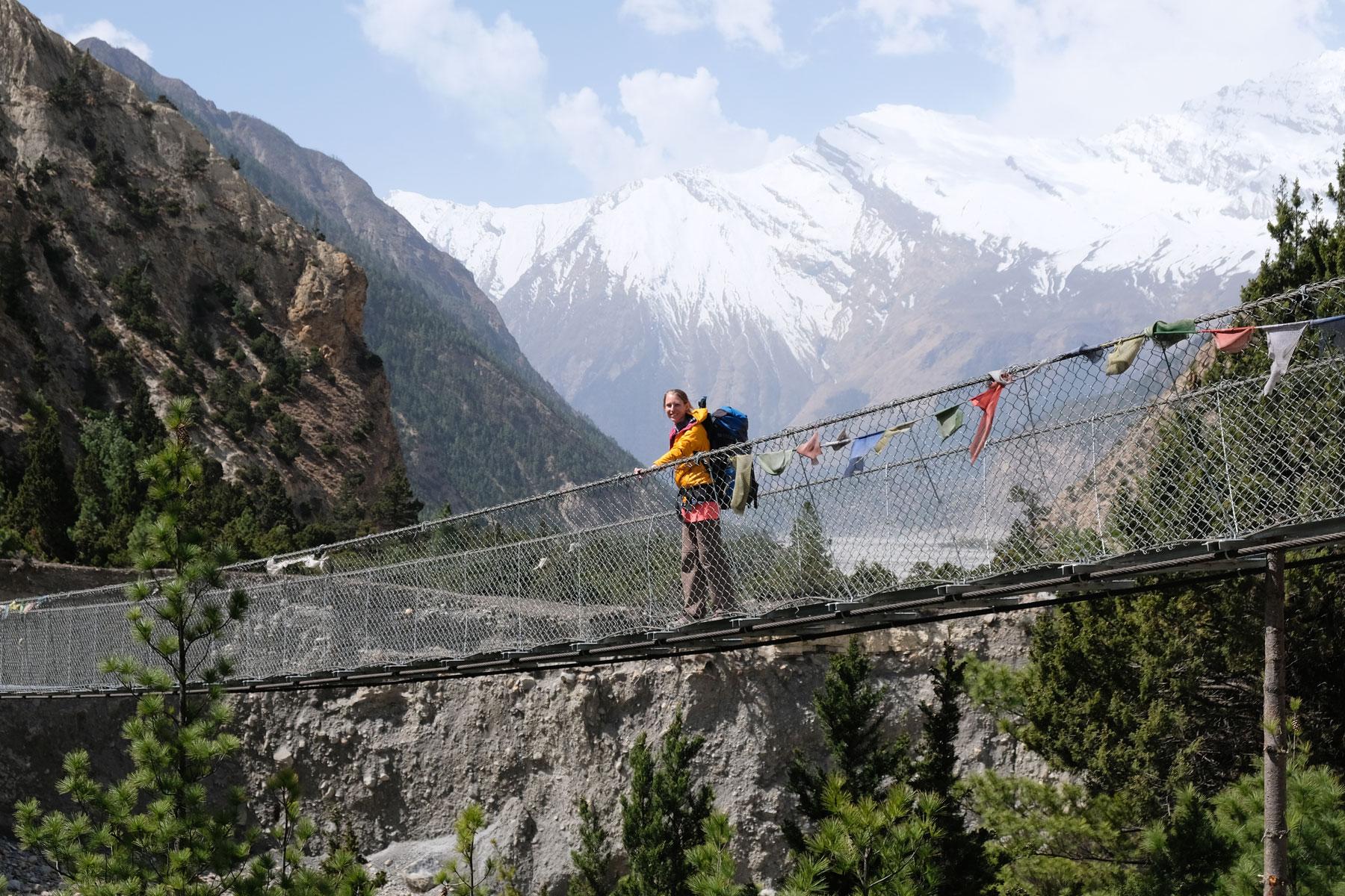 Leo auf einer Hängebrücke auf dem Annapurna Circuit.