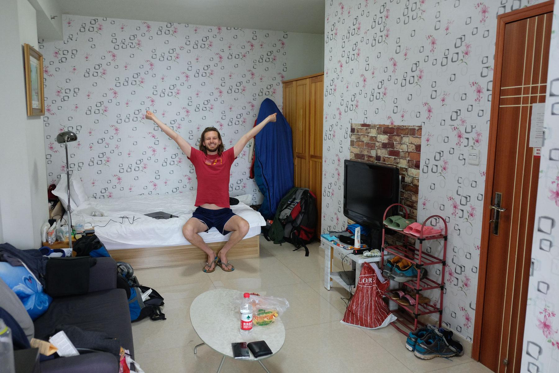 Sebastian streckt sich in einer gemieteten Wohnung in Chengdu.