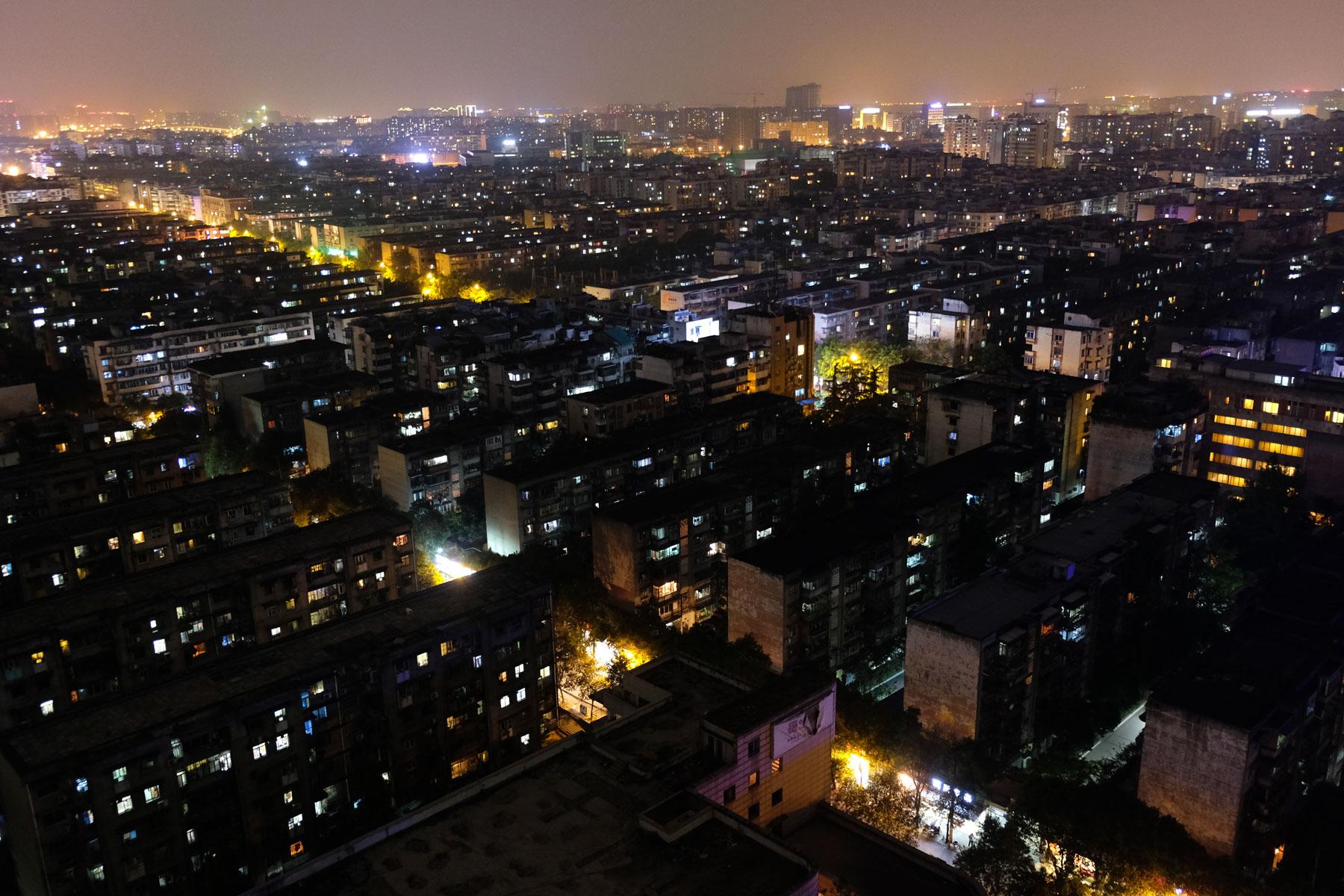 Wohnhäuser in Chengdu bei Nacht.