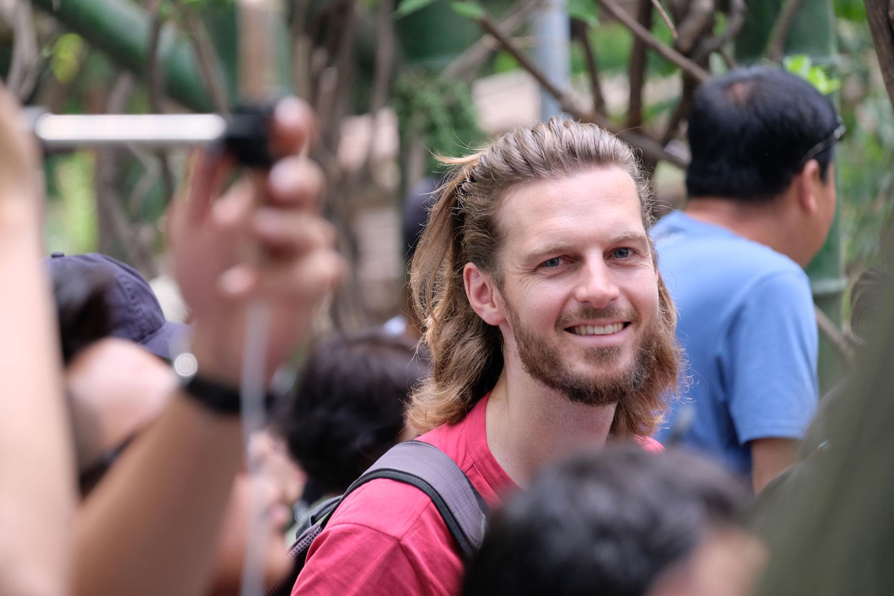 Sebastian und chinesische Besucher in der Panda Aufzuchstation in Chengdu.