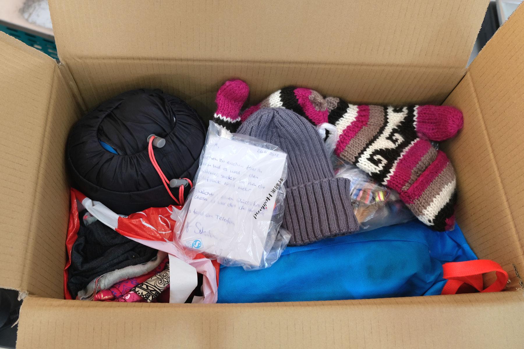 Der Inhalt eines Pakets. Winterkleidung.
