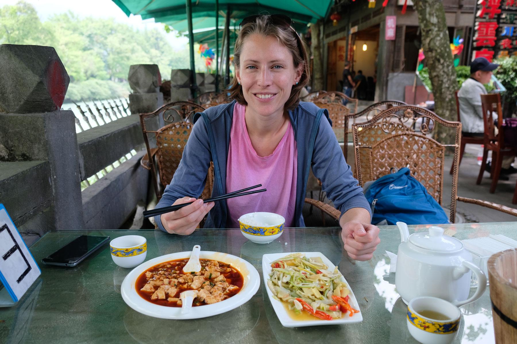 Leo isst chinesisches Essen beim Bewässerungssystem von Dujiangyan.