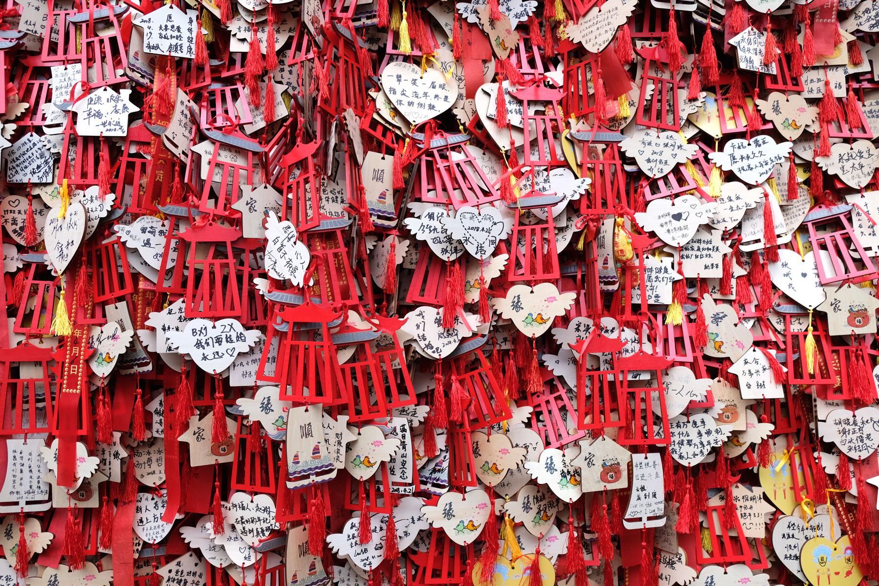 Kleine Holztafeln, die mit chinesischen Schriftzeichen beschrieben sind.