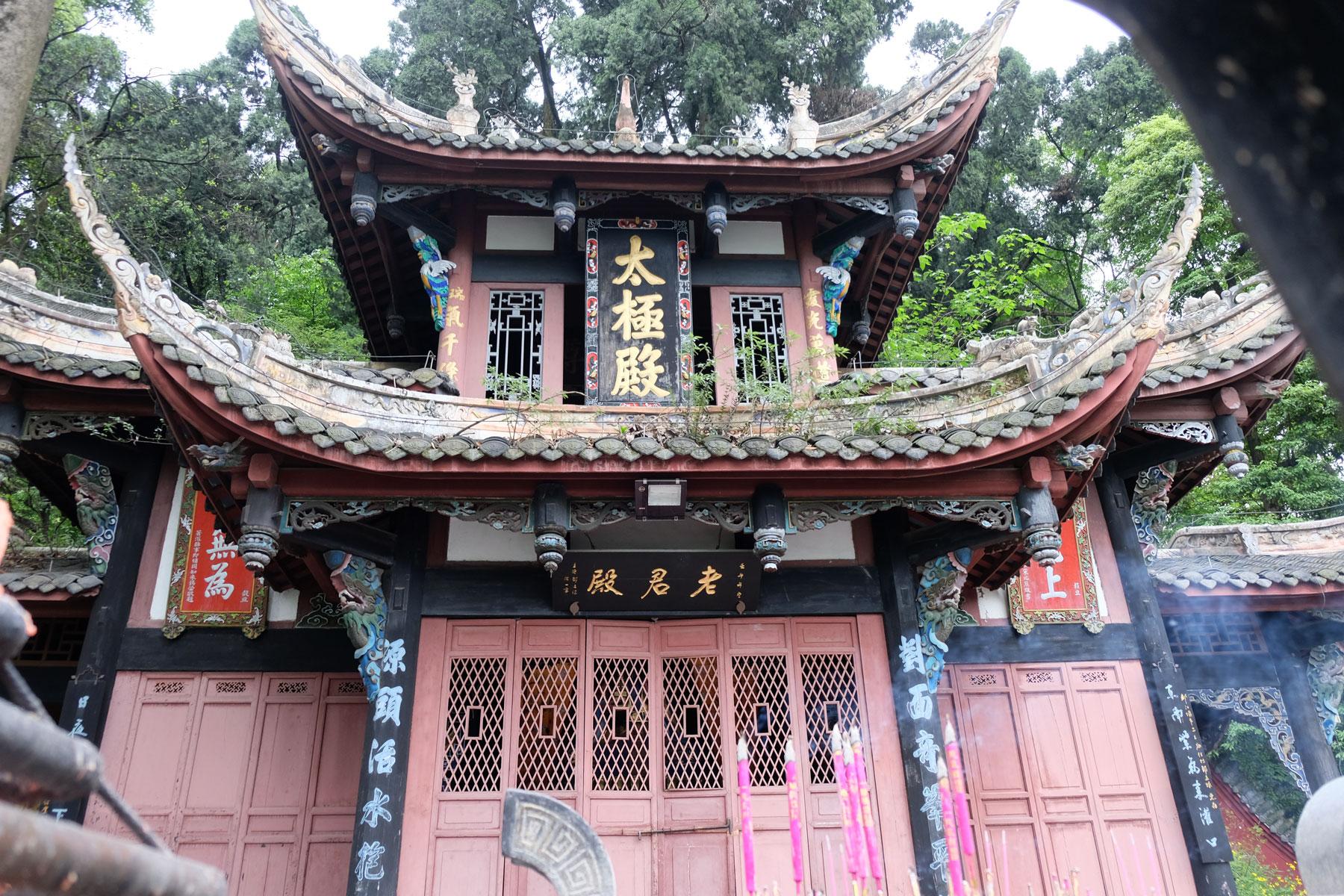 Ein chinesischer Tempel nahe des Bewässerungssystems von Dujiangyan.