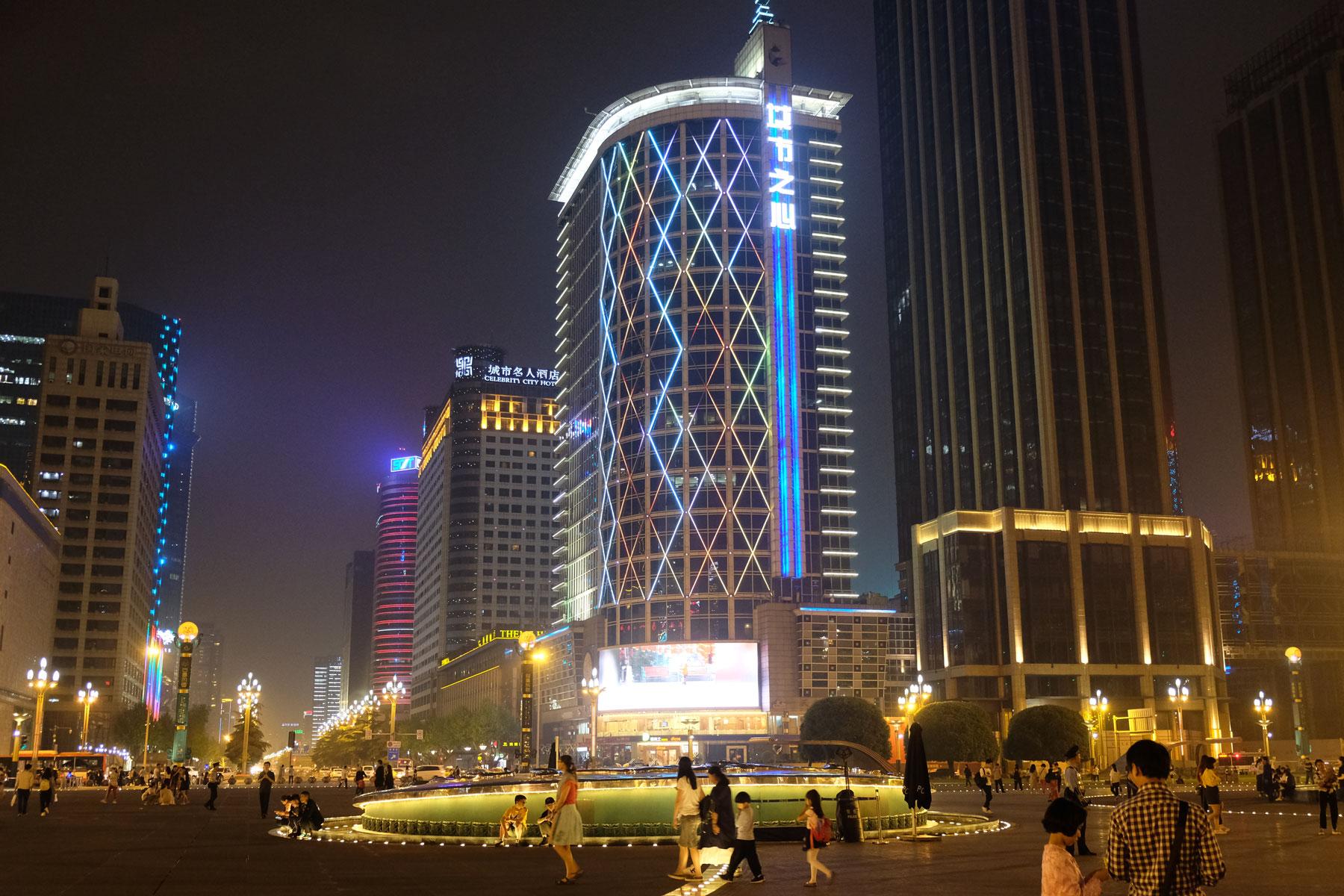 Die Innenstadt von Chengdu bei Nacht.