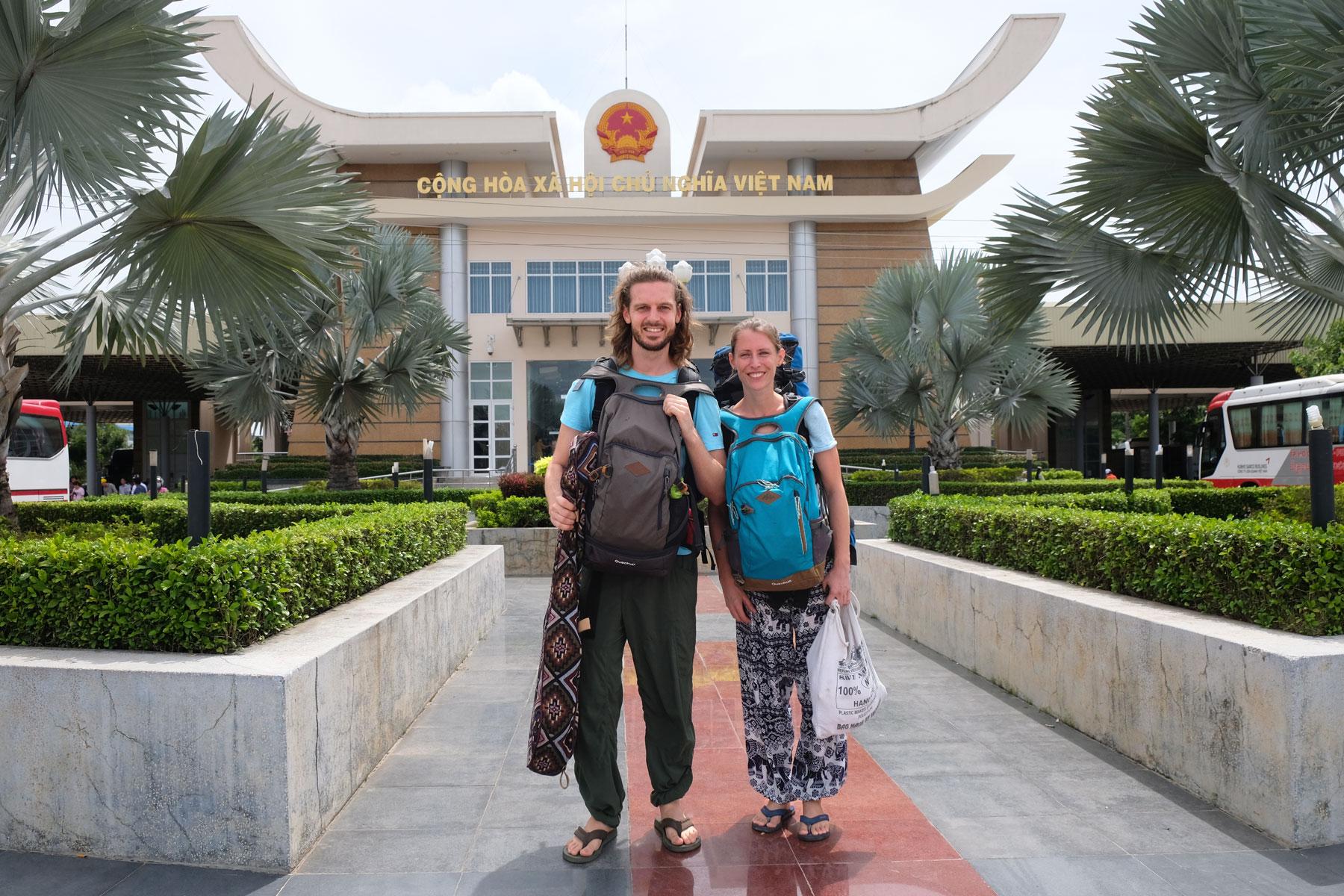 Sebastian und Leo vor einem vietnamesischen Grenzgebäude.