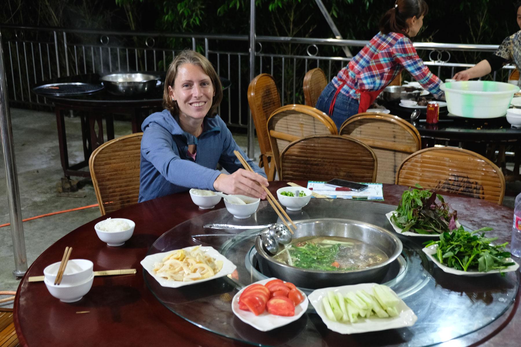 Leo isst im Bambuswald des Shunan Zhuhai Nationalparks einen chinesischen Hot Pot.