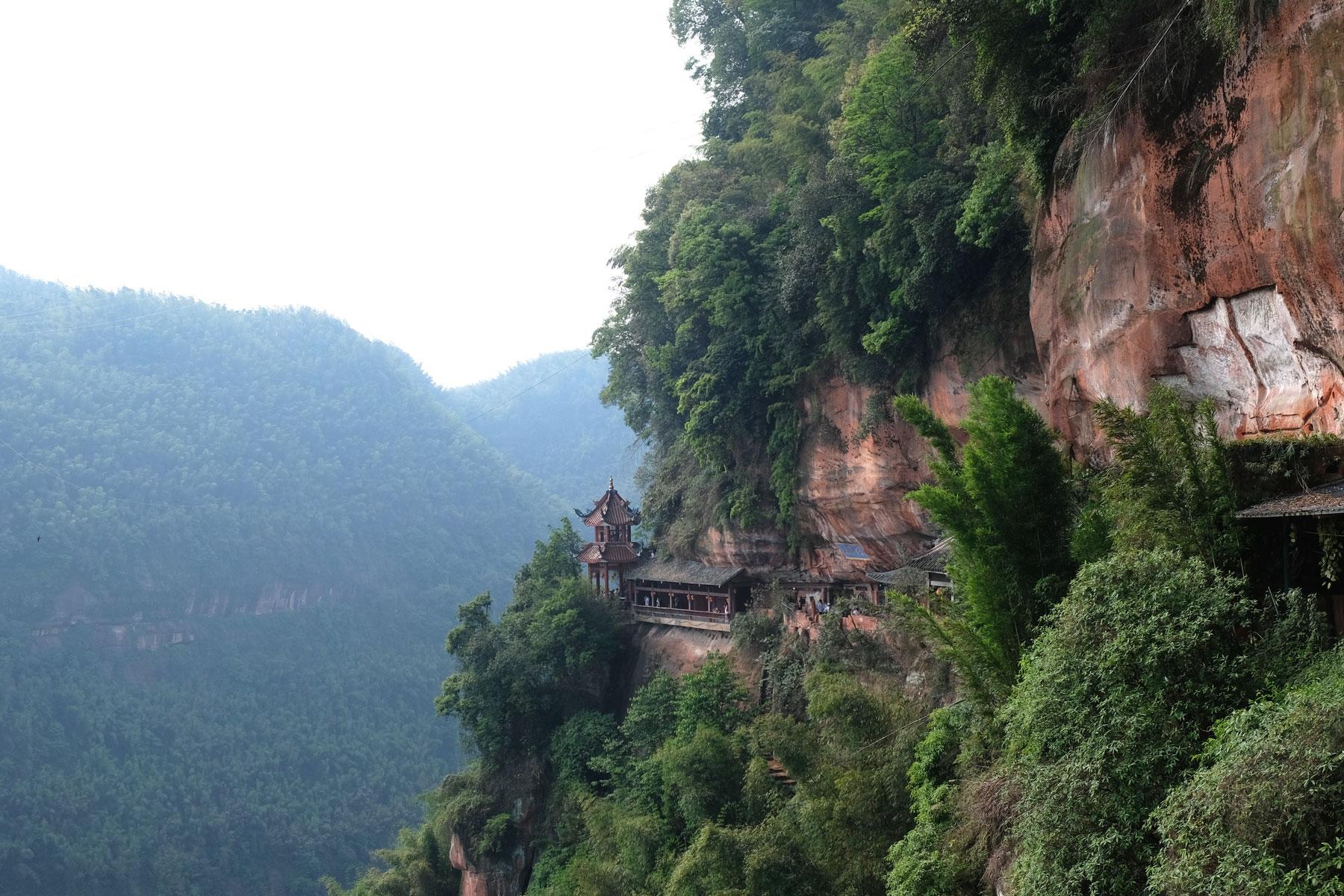 Ein chinesischer Tempel, der an die Felsen im Shunan Zhuhai Nationalpark gebaut wurde.