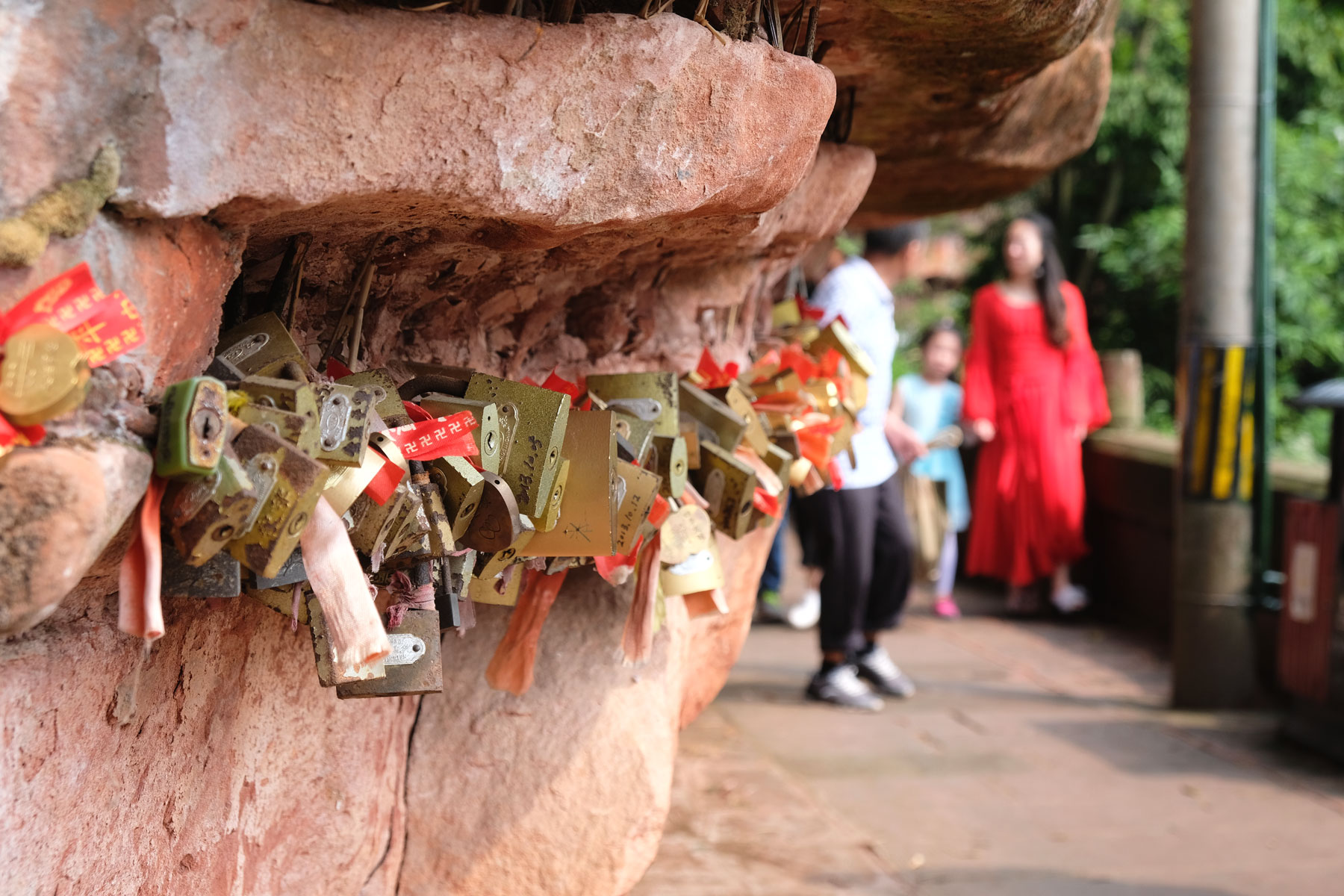 Vorhängeschlösser an einem Felsen im Shunan Zhuhai Nationalpark.