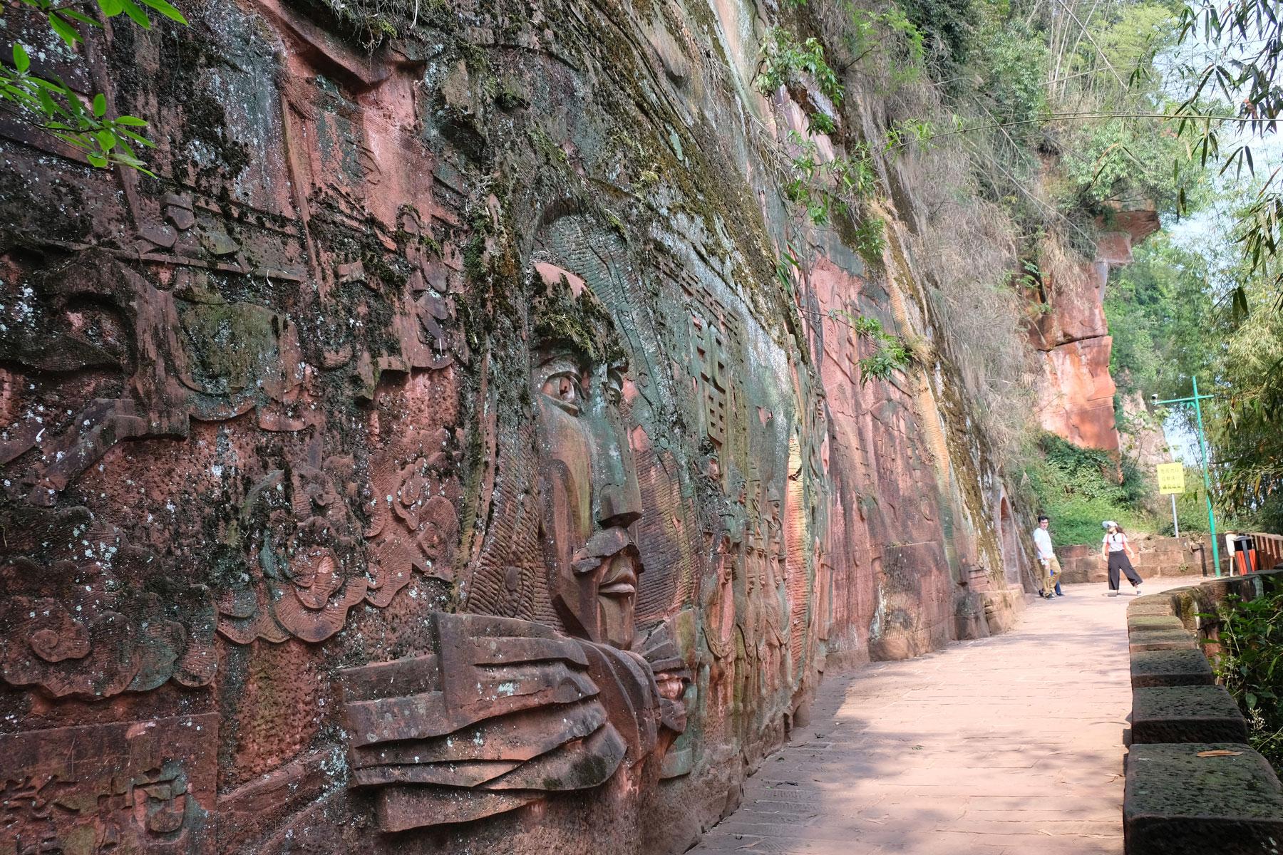 Felswand im Shunan Zhuhai Nationalpark, in die ein Gesicht gehauen wurde.