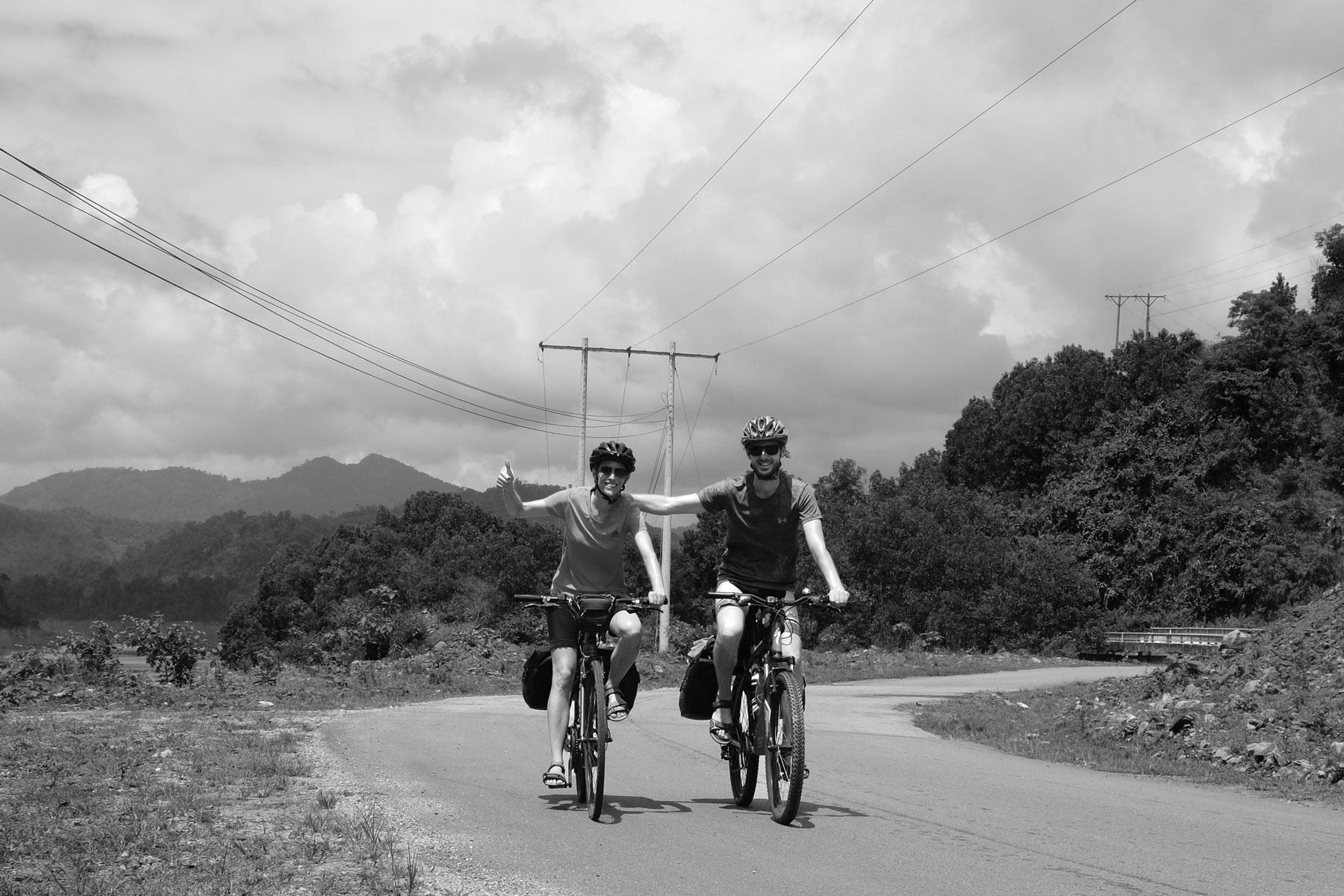 Leo und Sebastian fahren Fahrrad in Vietnam.