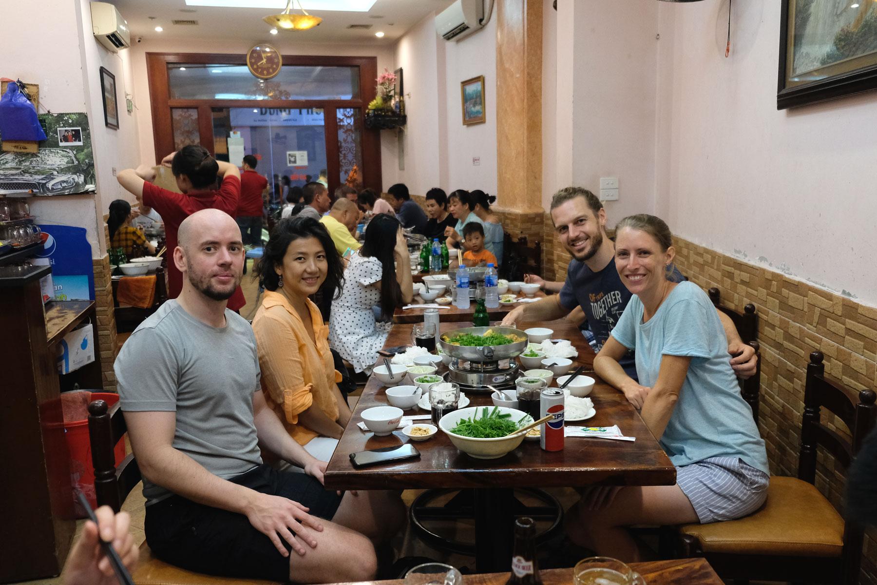 Sebastian und Leo mit Freunden beim Abendessen in Hanoi.
