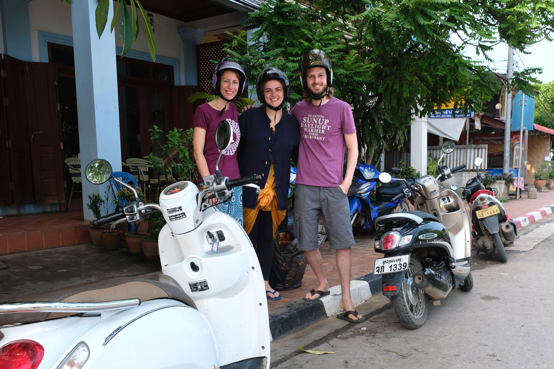 Leo und Sebastian mit Bella und drei Motorrollern.