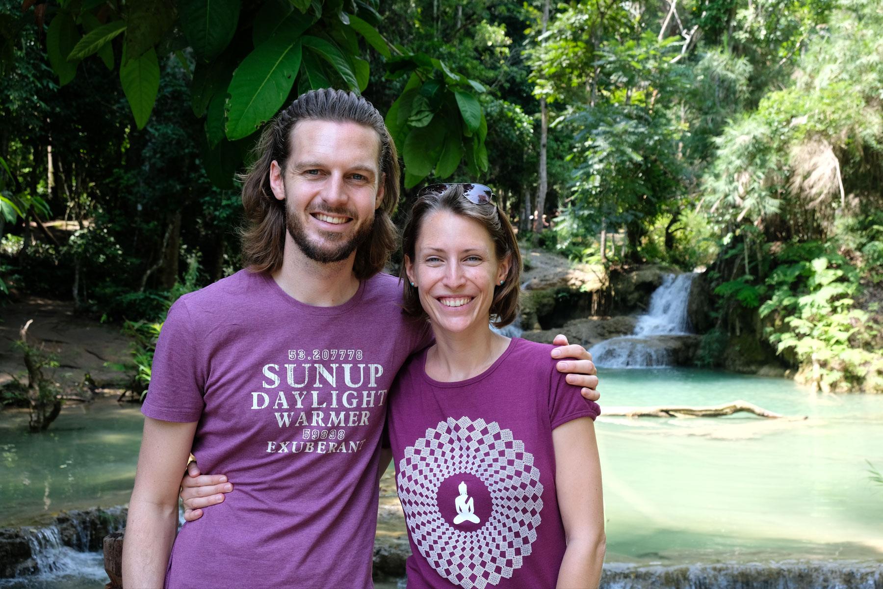 Sebastian und Leo vor den Tat Kuang Si Wasserfällen.