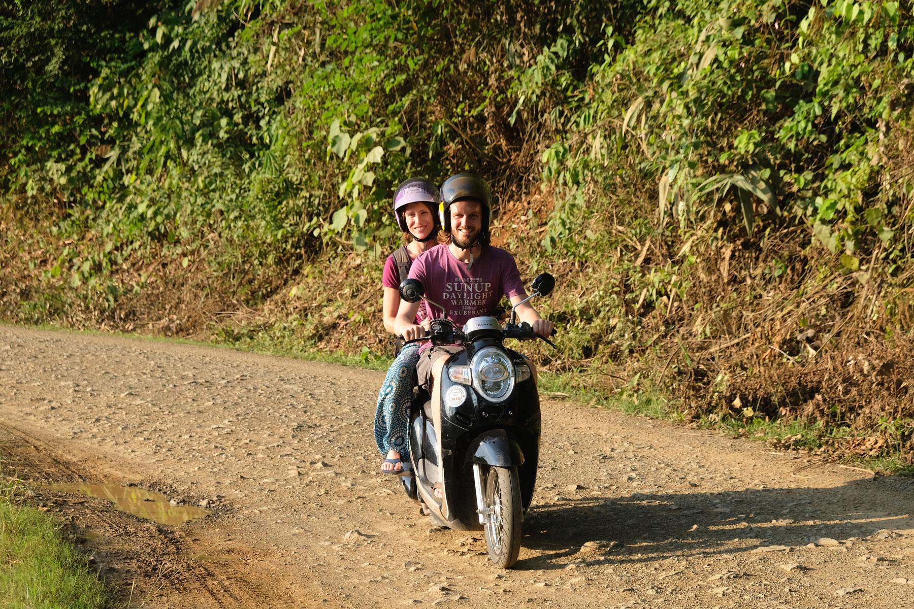 Sebastian und Leo fahren in Laos auf einem Motorroller.