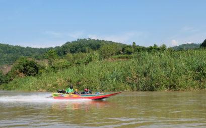 Ein Speed Boat fährt auf dem Mekong.