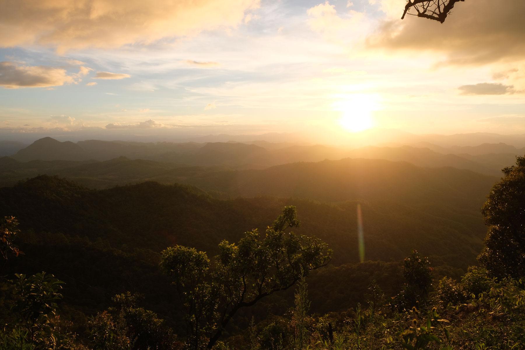 Sonnenuntergang über den Bergen eines Nationalparks im Nordosten Thailands.