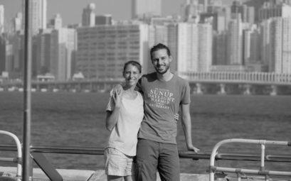Leo und Sebastian vor der Skyline von Hongkong.