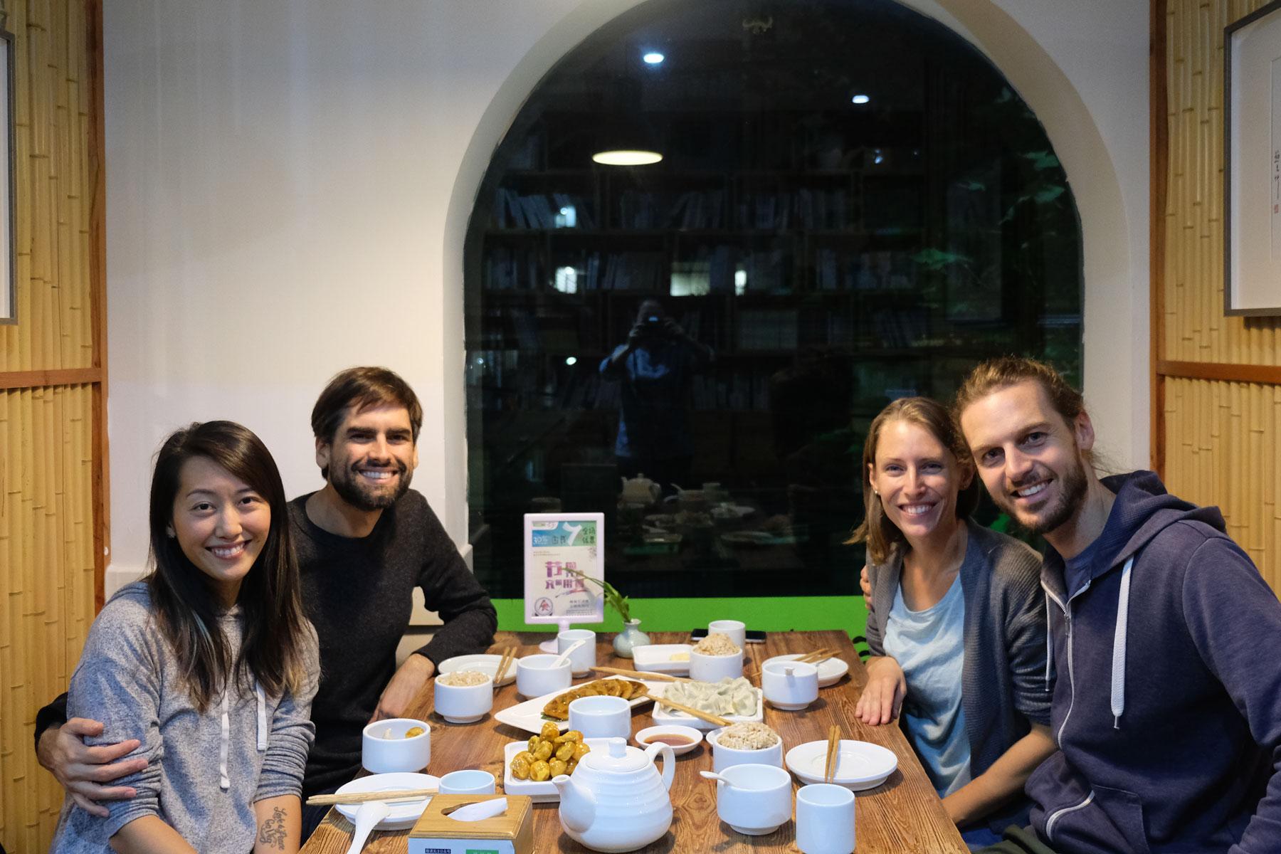 Leo und Sebastian mit ihren Couchsurfing Gastgebern beim Abendessen in Shanghai.
