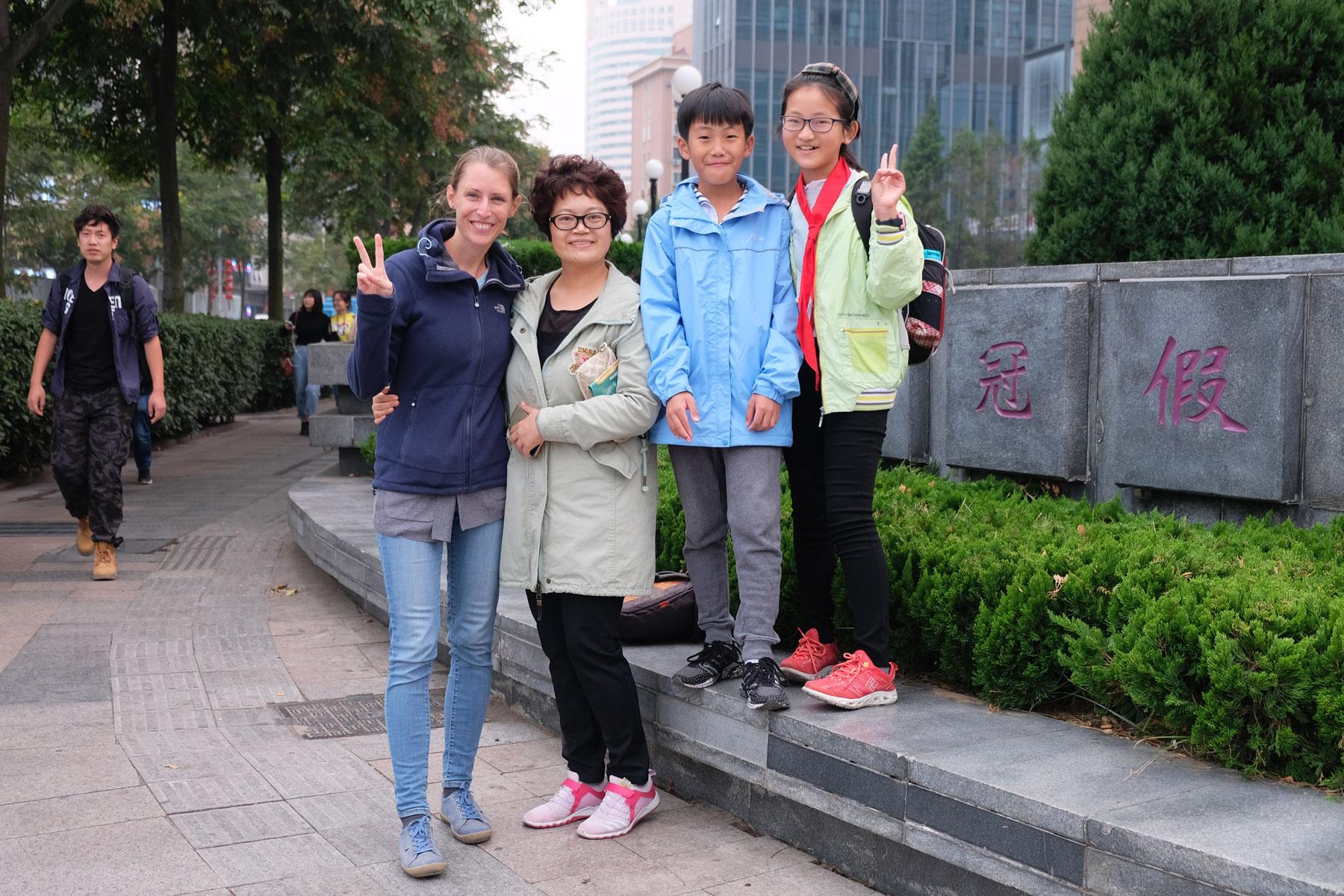 Leo mit einer chinesischen Frau und zwei Kindern in Qingdao.