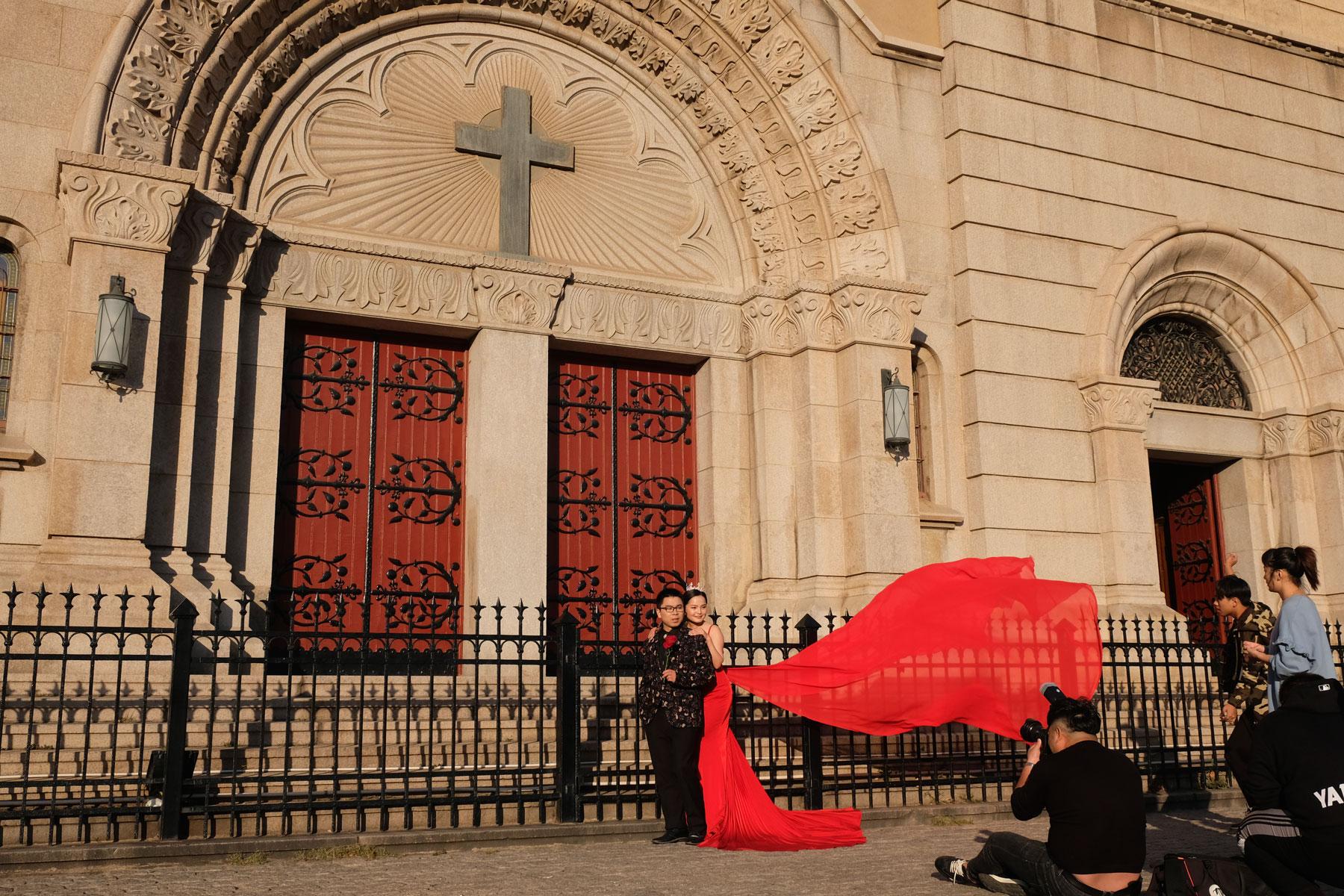 Hochzeitsshooting vor der St. Michaels Kirche in Qingdao.