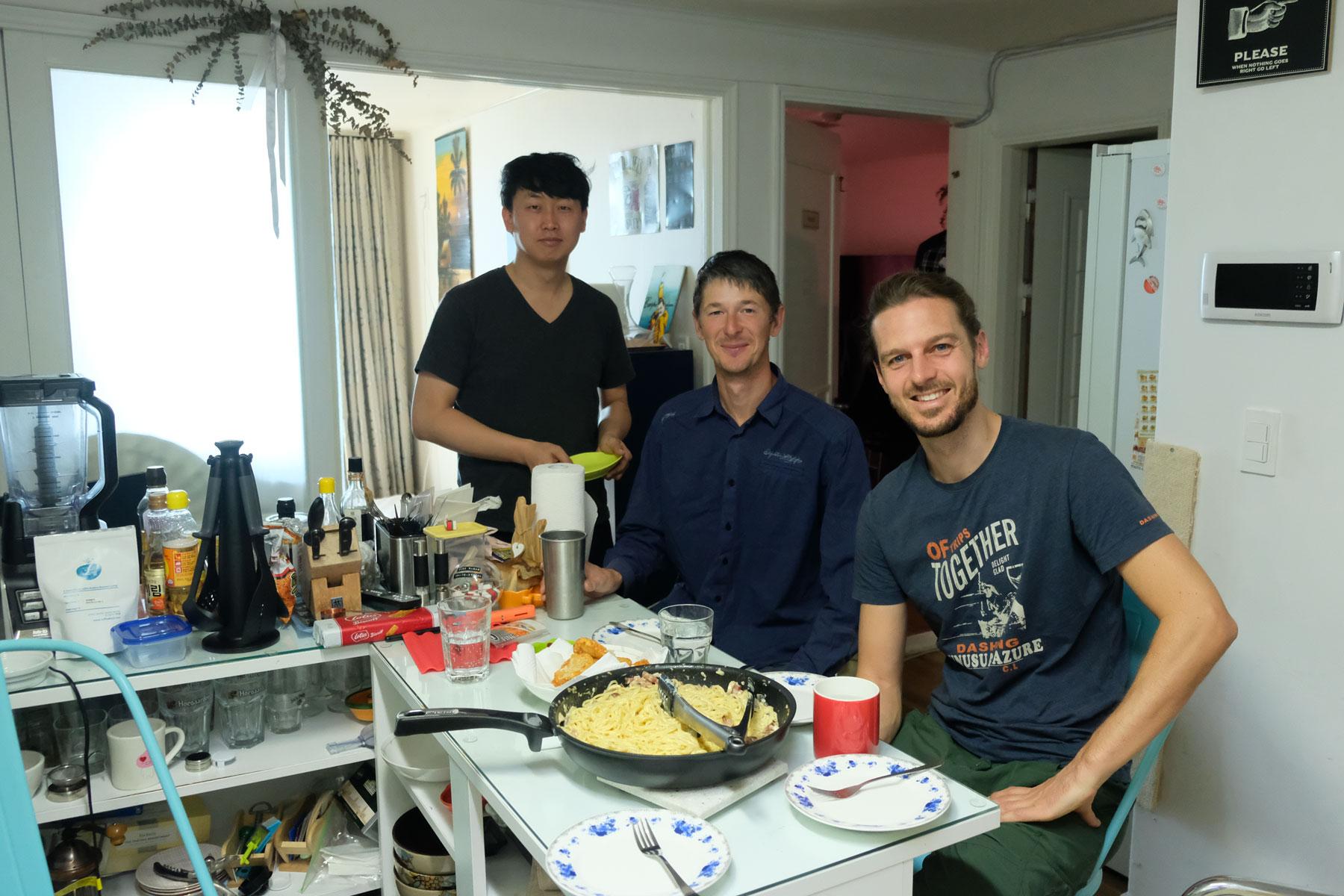 Sebastian, ein Südkoreaner und ein Russe beim Couchsurfing in Mokpo.