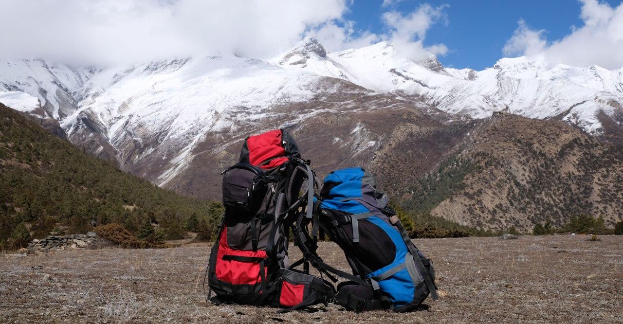 Zwei Rucksäcke vor schneebedeckten Bergen