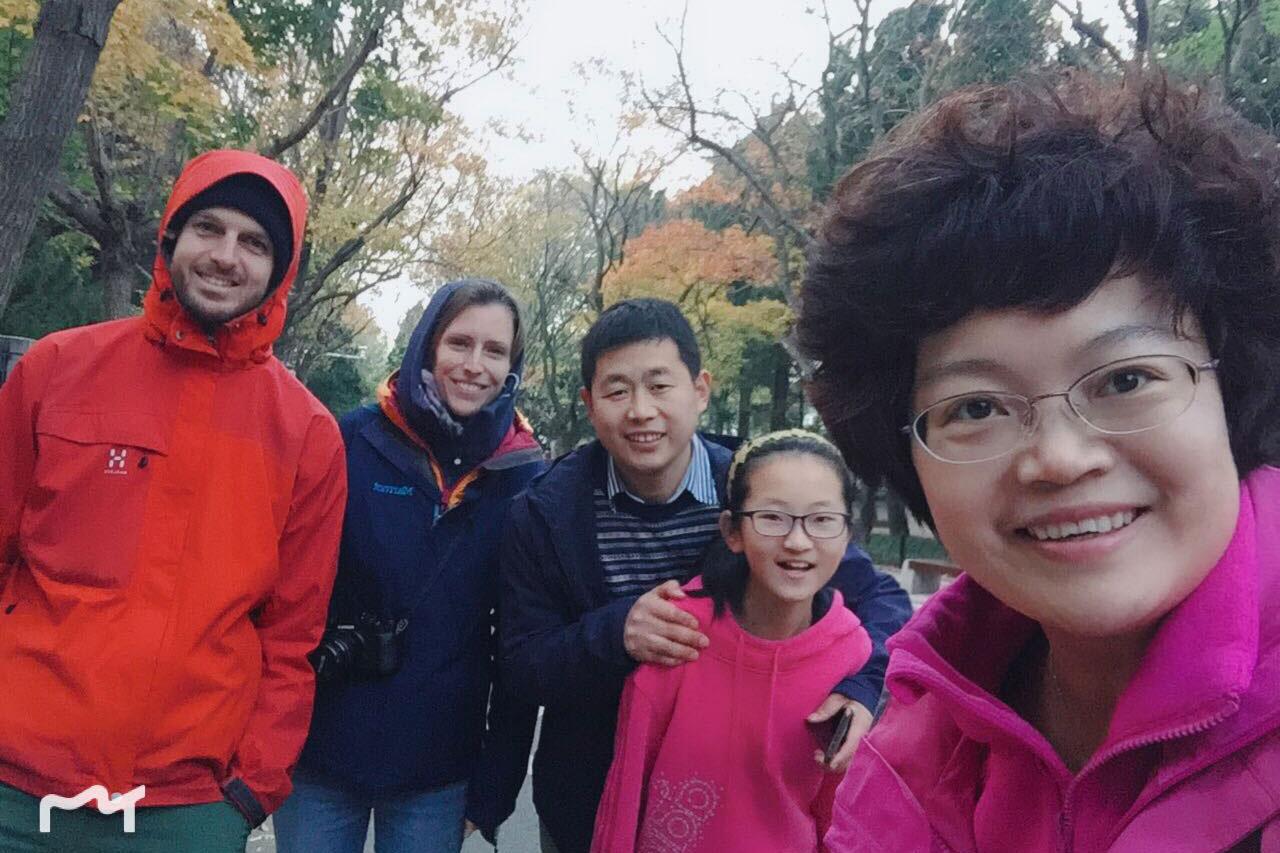 Sebastian und Leo mit einer chinesischen Familie in Qingdao.