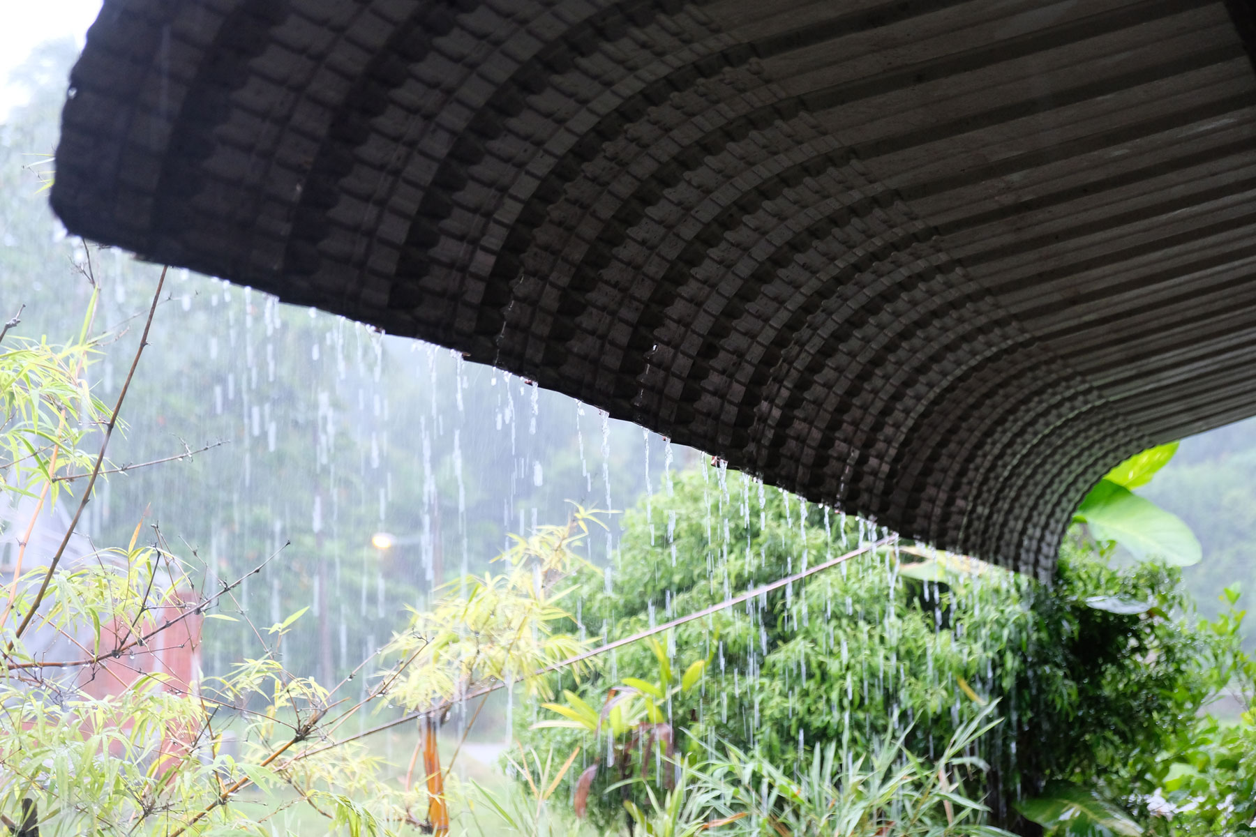 Regen läuft in Strömen von einem Dach auf Langkawi.