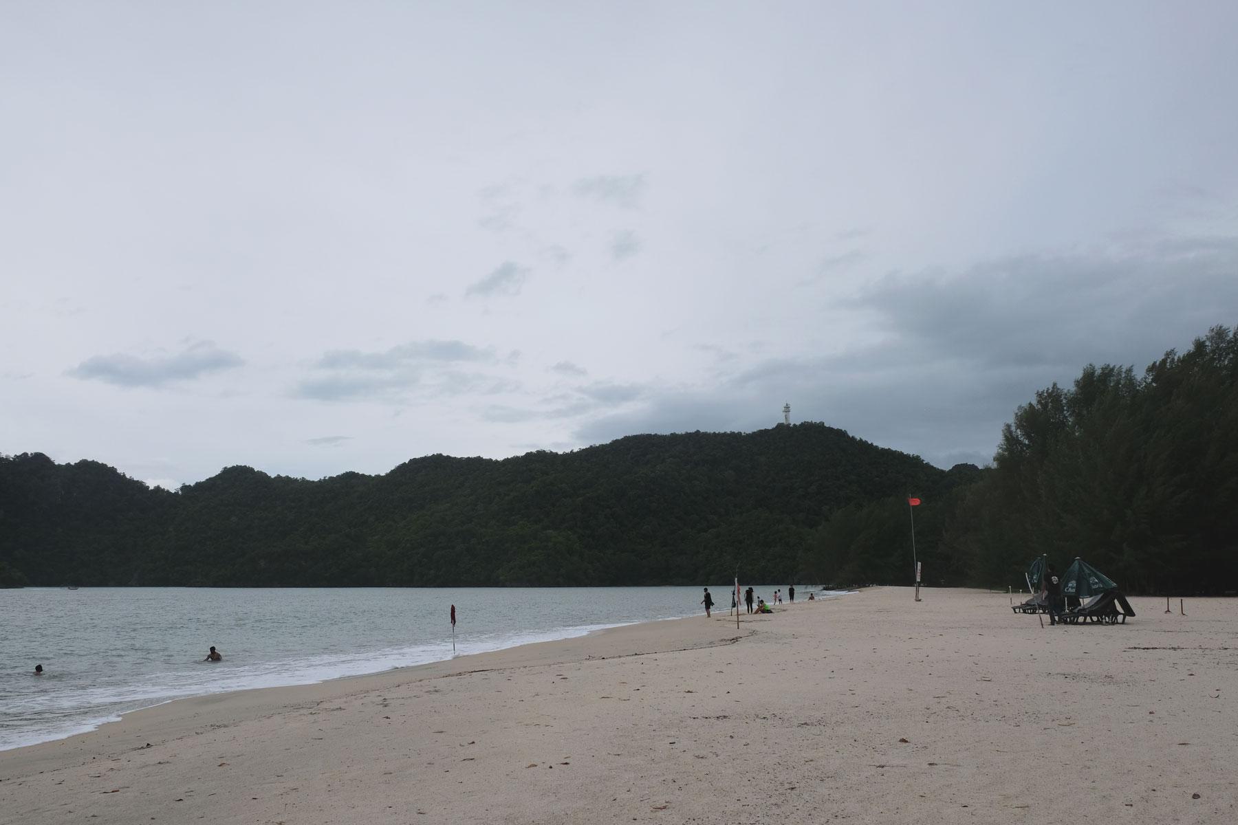 Über dem Strand von Pantai Tanjung Rhu ziehen auf Langkawi dunkle Wolken auf.