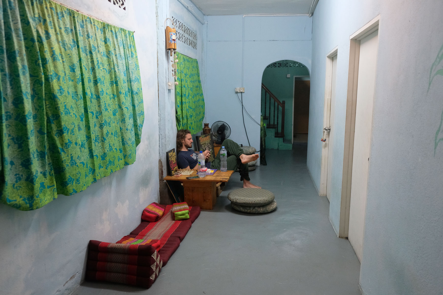 Sebastian sitzt im Flur eines Hostels in Kuala Tering auf Langkawi.