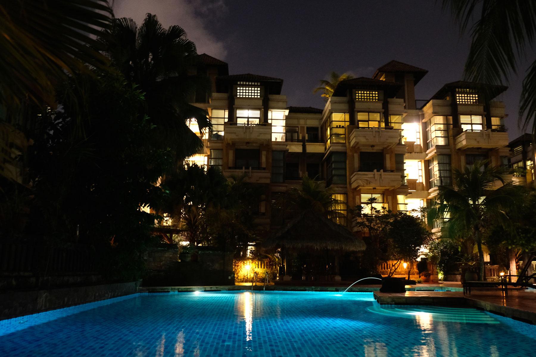 Der beleuchtete Pool in Ankes und Ersins Wohnanlage bei Nacht