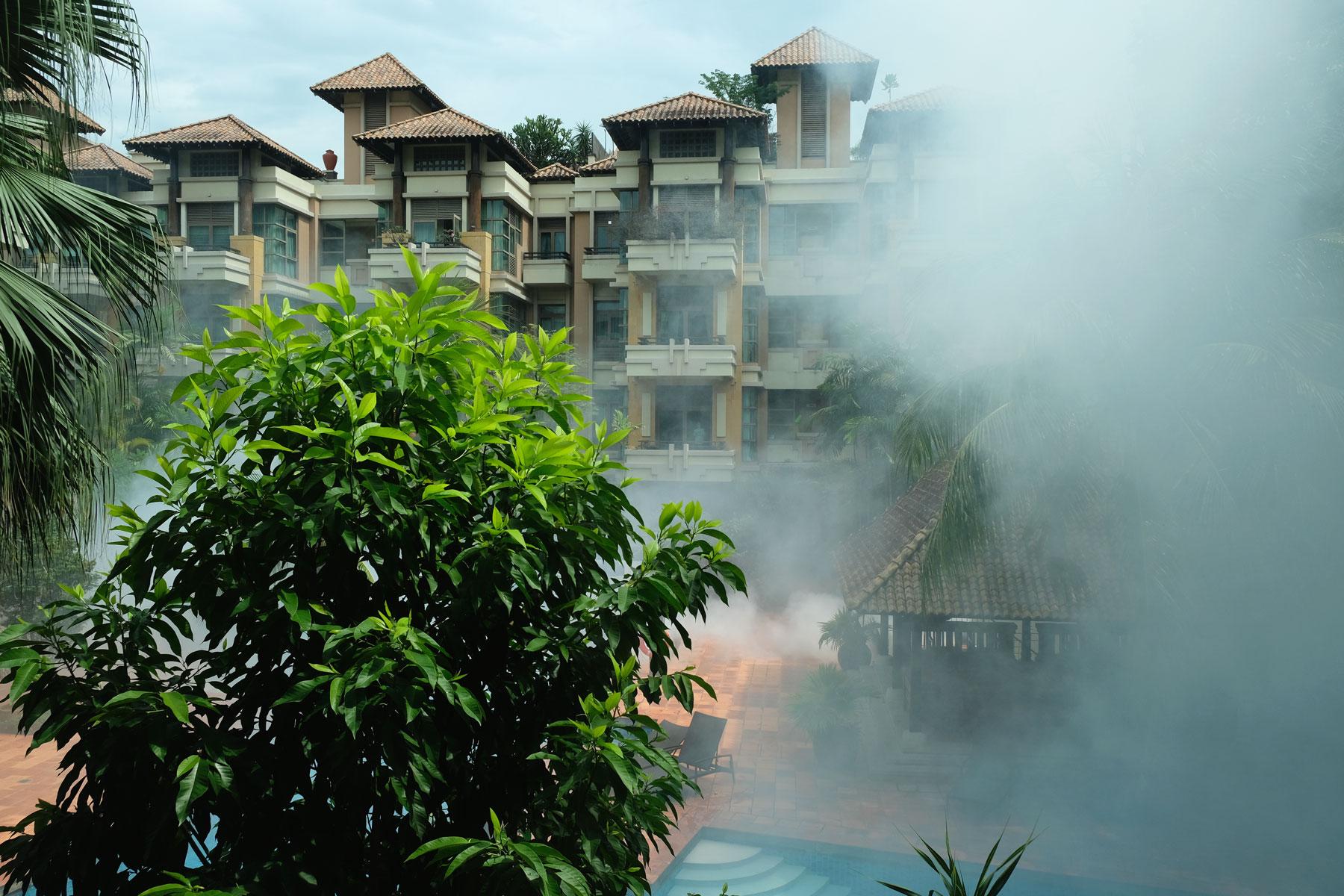 Nebelwolken in einer Wohnanlage in Singapur.