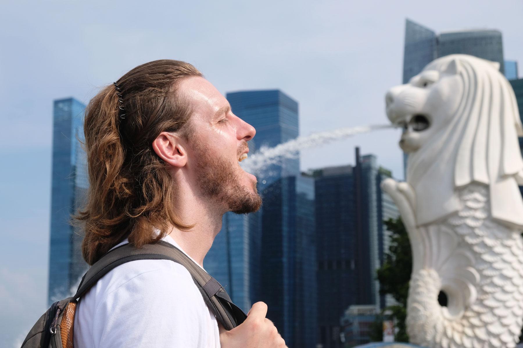 Der Merlion in Singapur spritzt Sebastian Wasser in den Mund.
