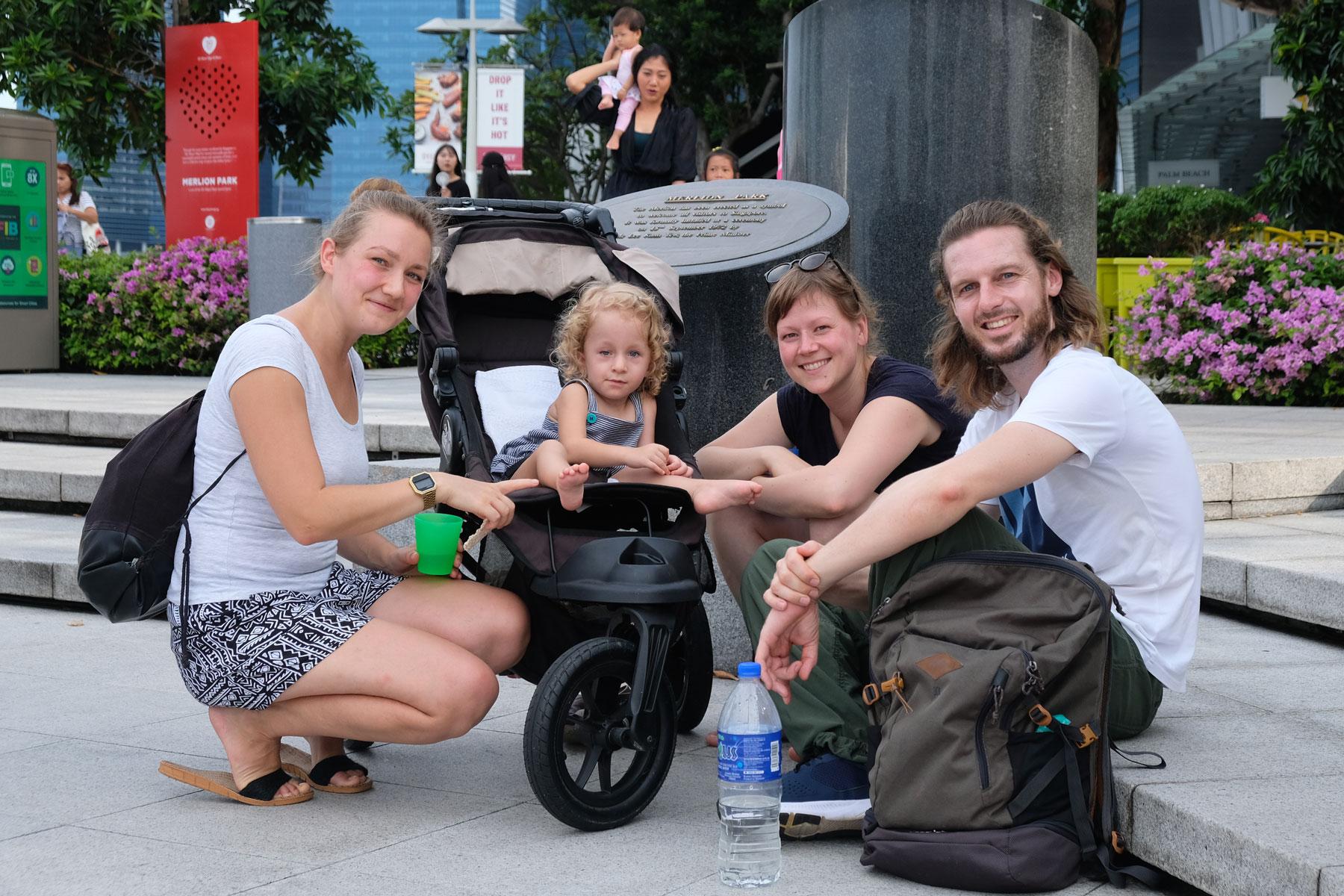 Sebastian sitzt neben Leos Freundinnen Anke und Vera und der kleinen Greta, die im Kinderwagen sitzt